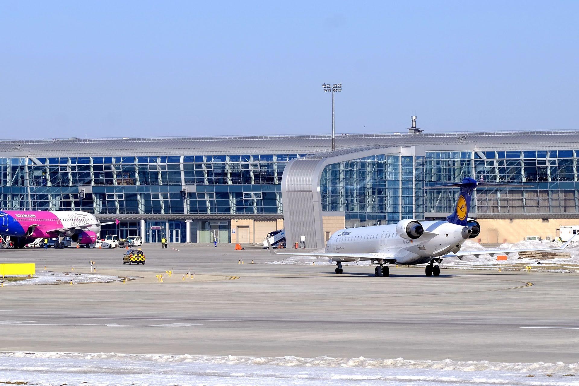 Літак, який припаркований на узбіччі дороги