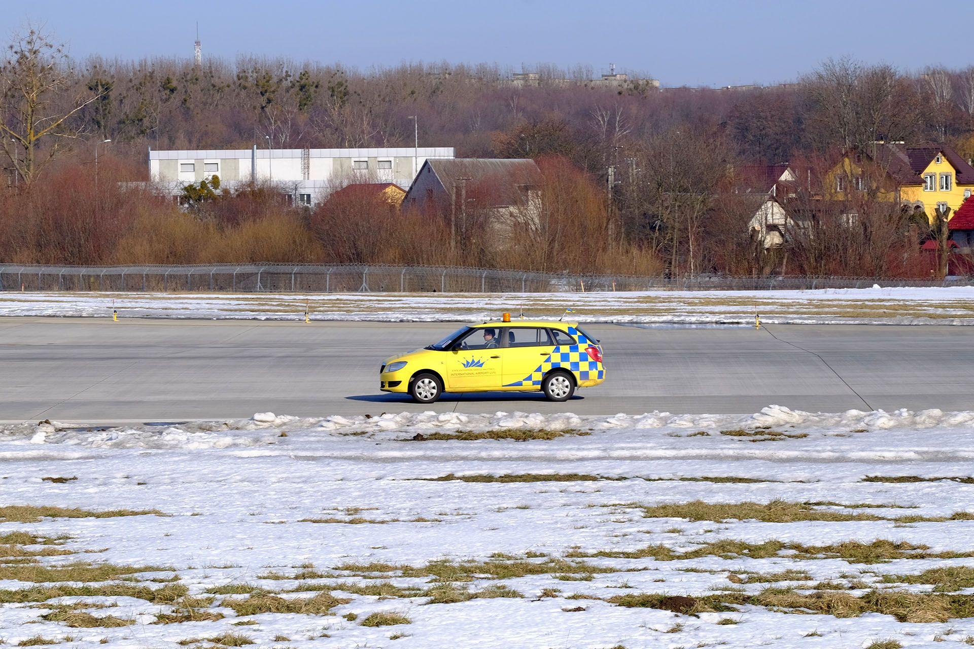 Жовтий автомобіль, припаркований на стоянці