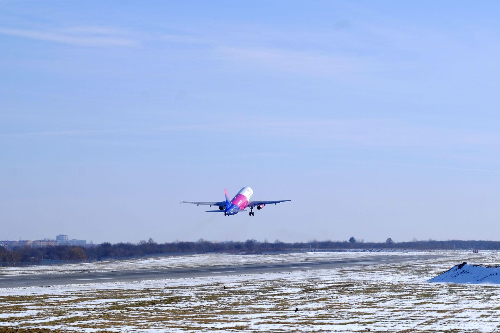 Літак злітає із аеропорту Львів