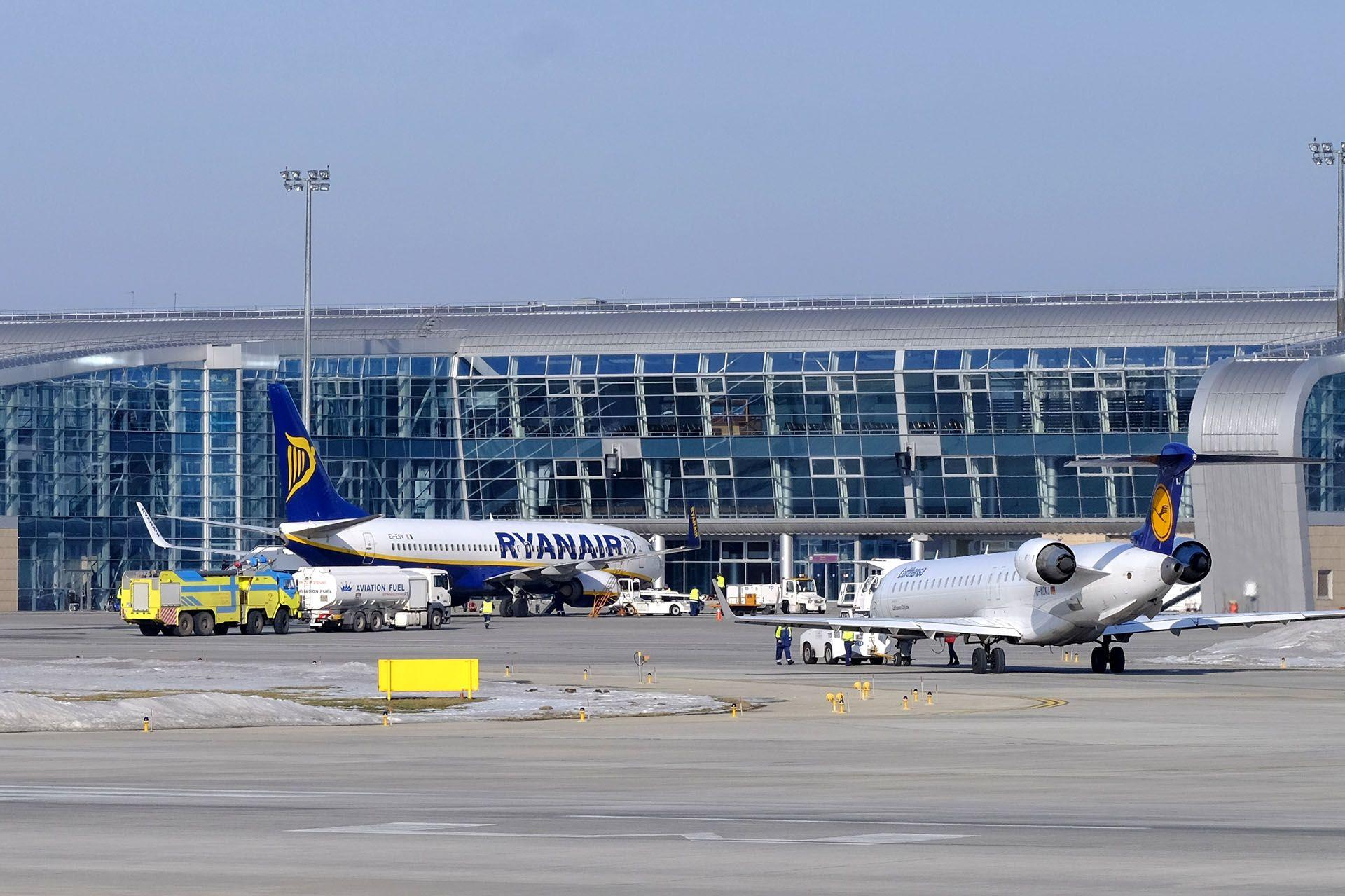 Літак, який сидить на злітно-посадочної смуги в аеропорту