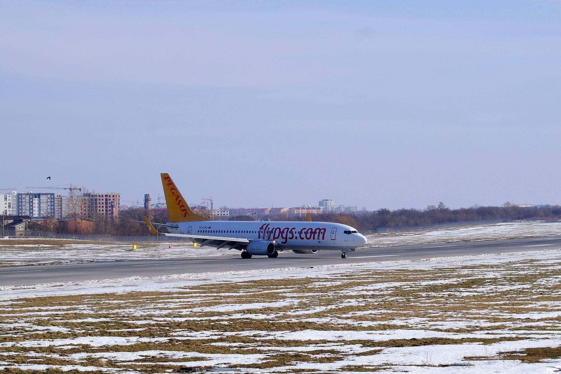 Літак, який припаркований поруч з тілом води