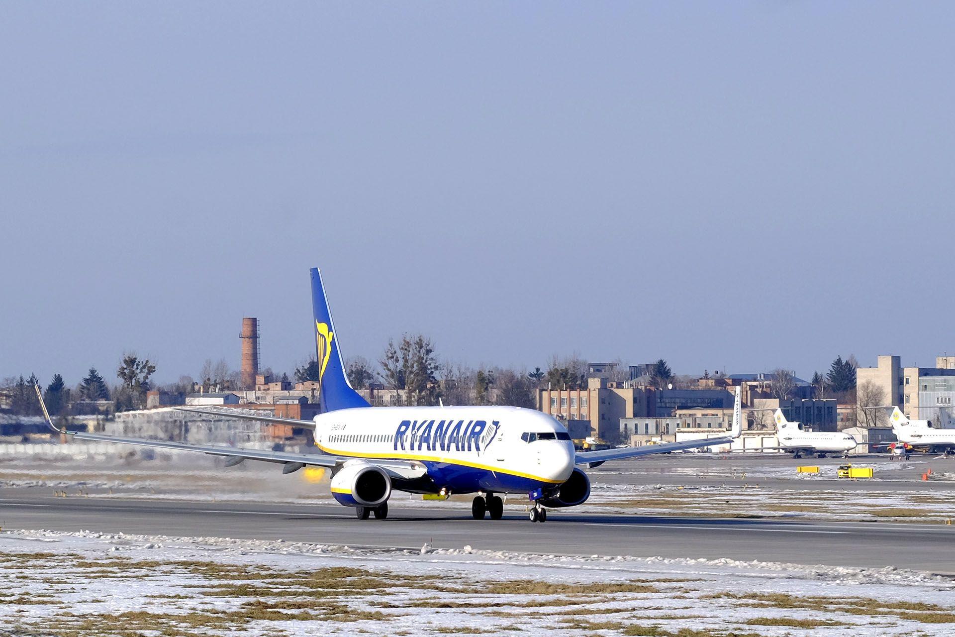 Літак, який зводить вниз по злітно-посадкової смуги