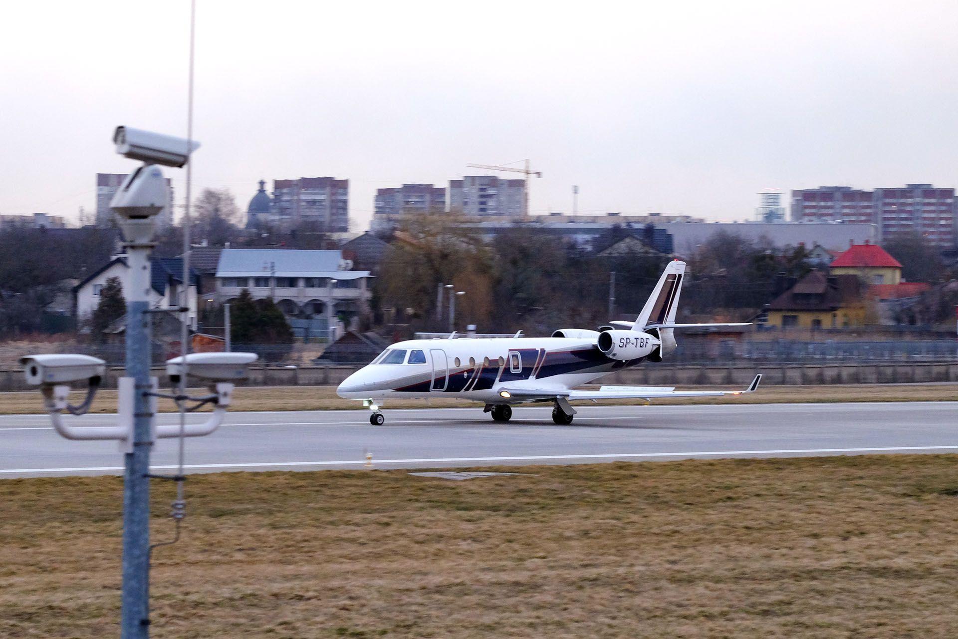 Літак, який знаходиться на злітно-посадочної смуги в аеропорту