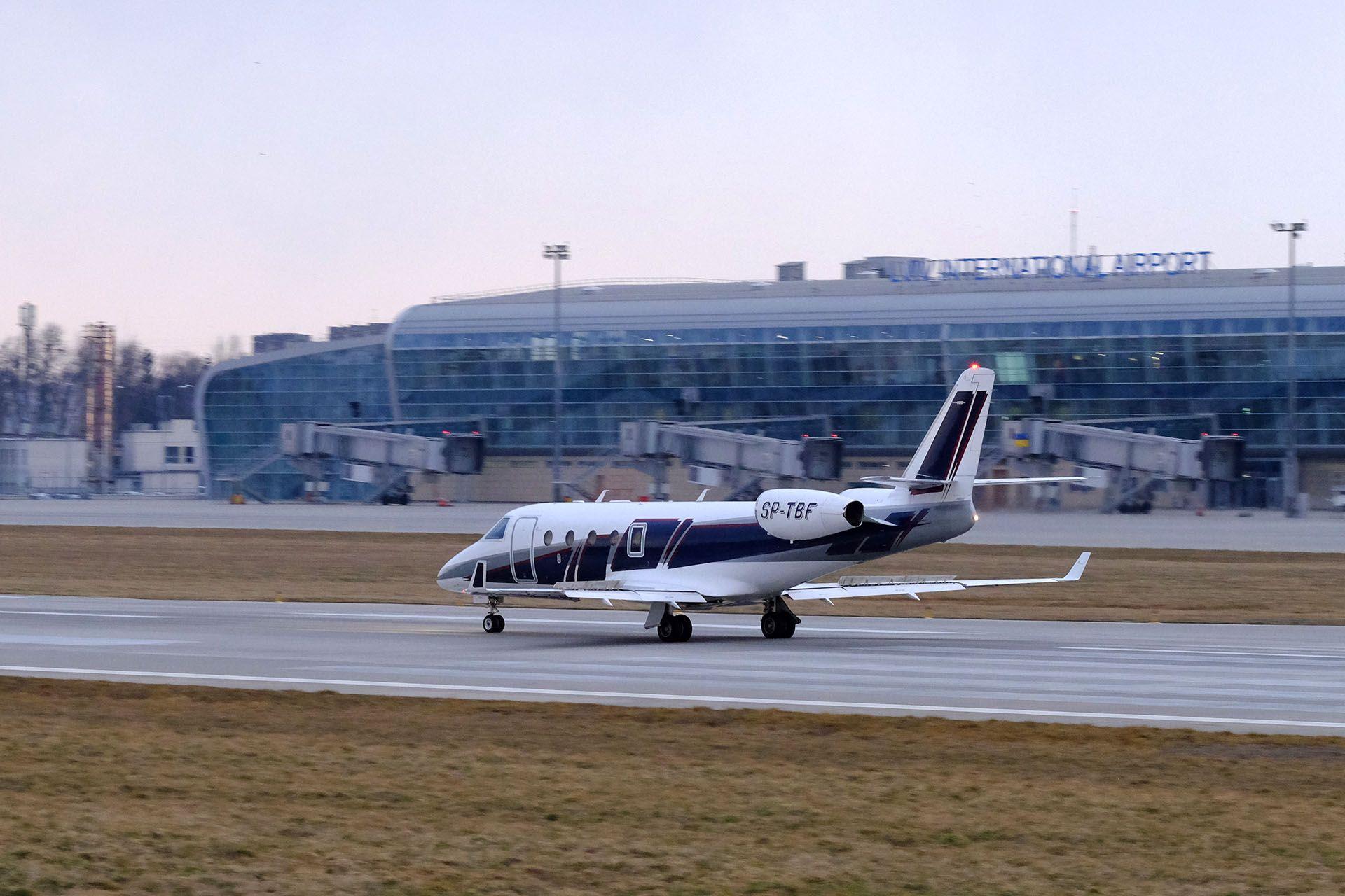 Великий повітряний літак на злітно-посадочної смуги в аеропорту