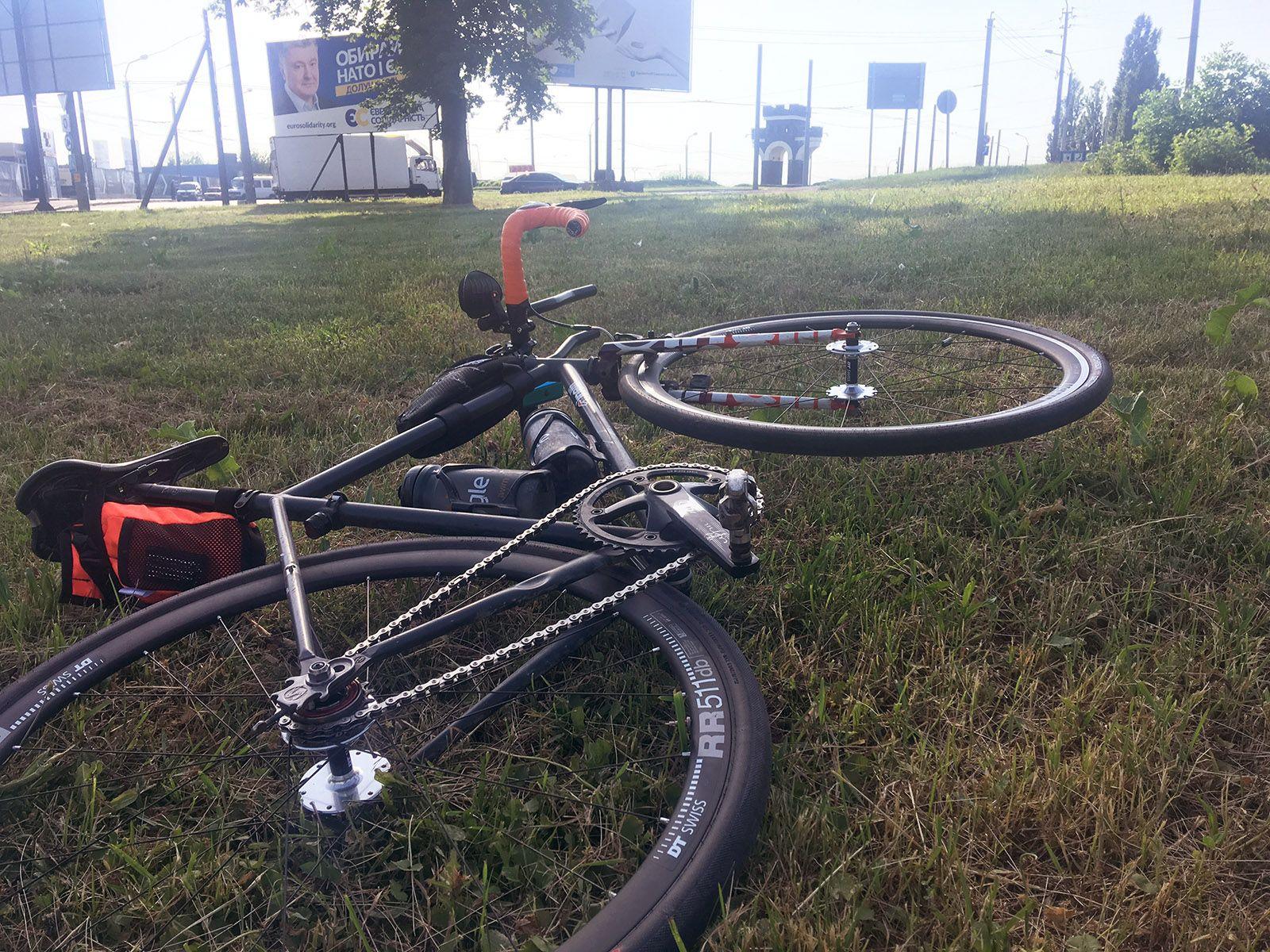 Велосипед, припаркований на вершині трави покрита полем