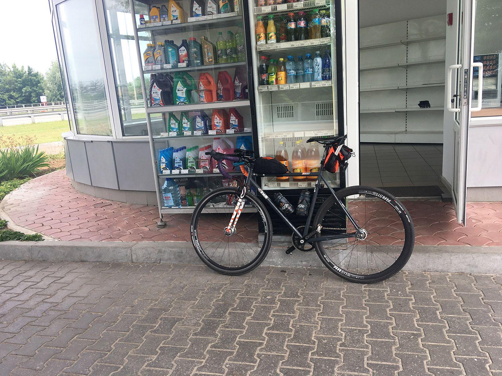 Велосипед, припаркований перед будівлею