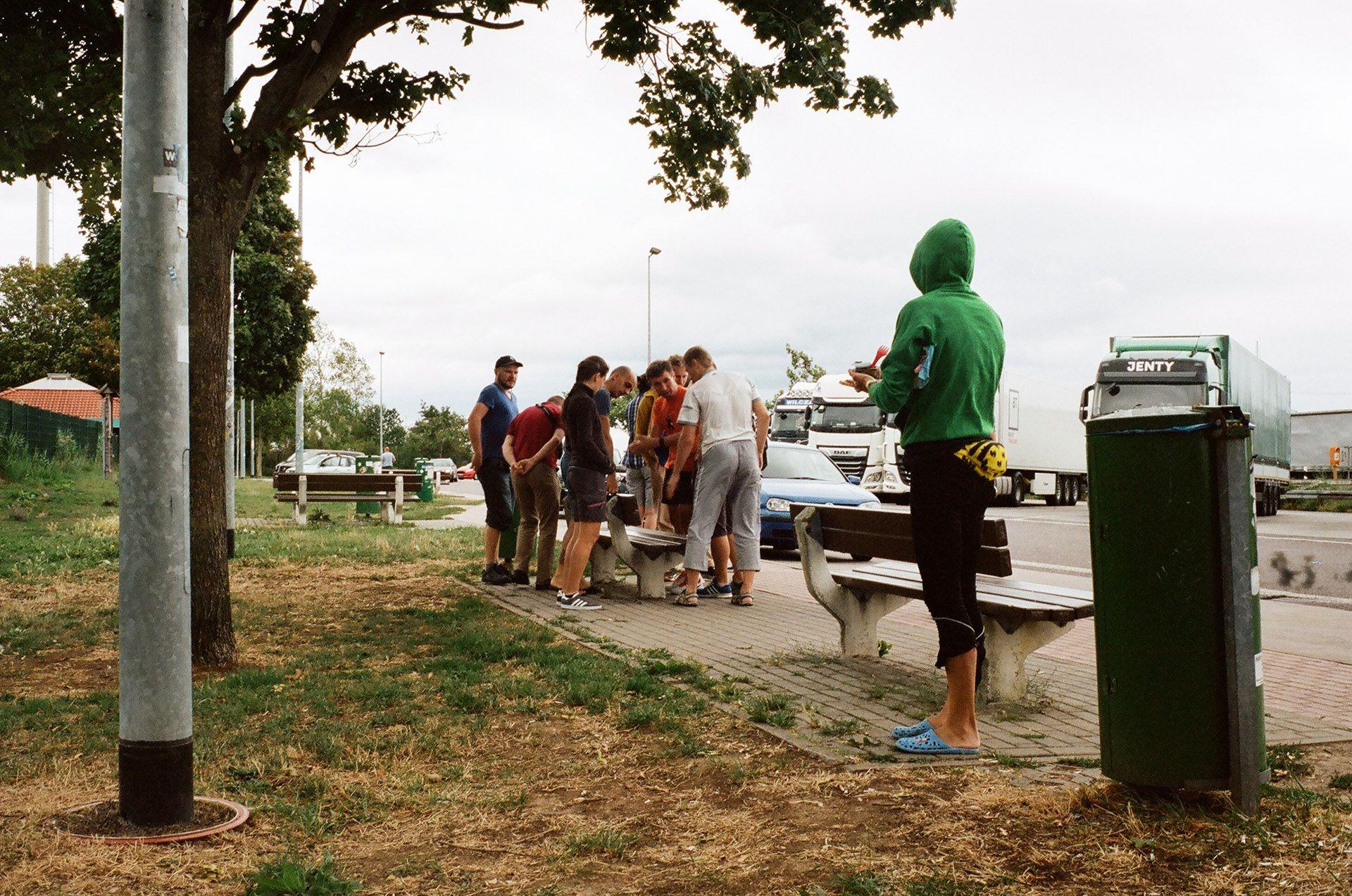 Учасники ПБП розглядають якусь лавочку по дорозі до Франції
