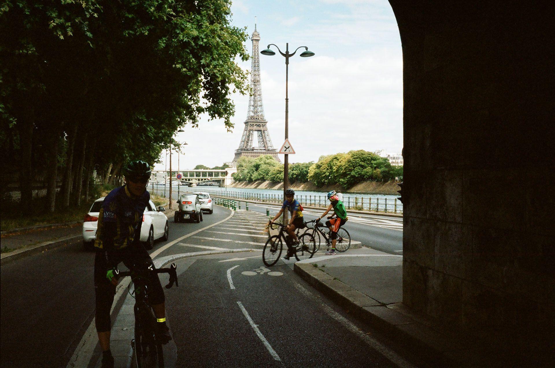 Катаємось велодоріжками із видом на Ейфелеву вежу