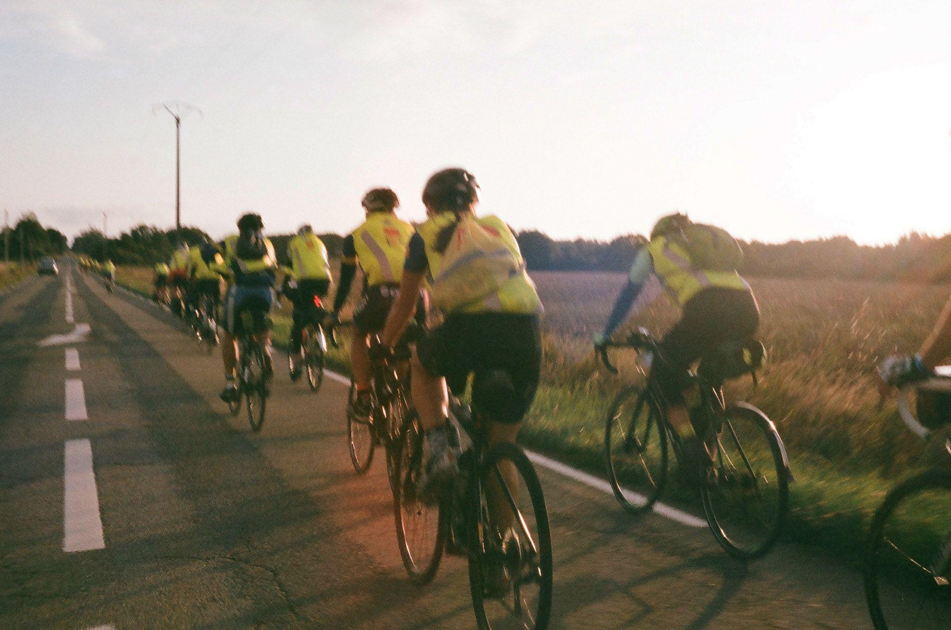 Вечір старту, довга вервечка велосипедистів