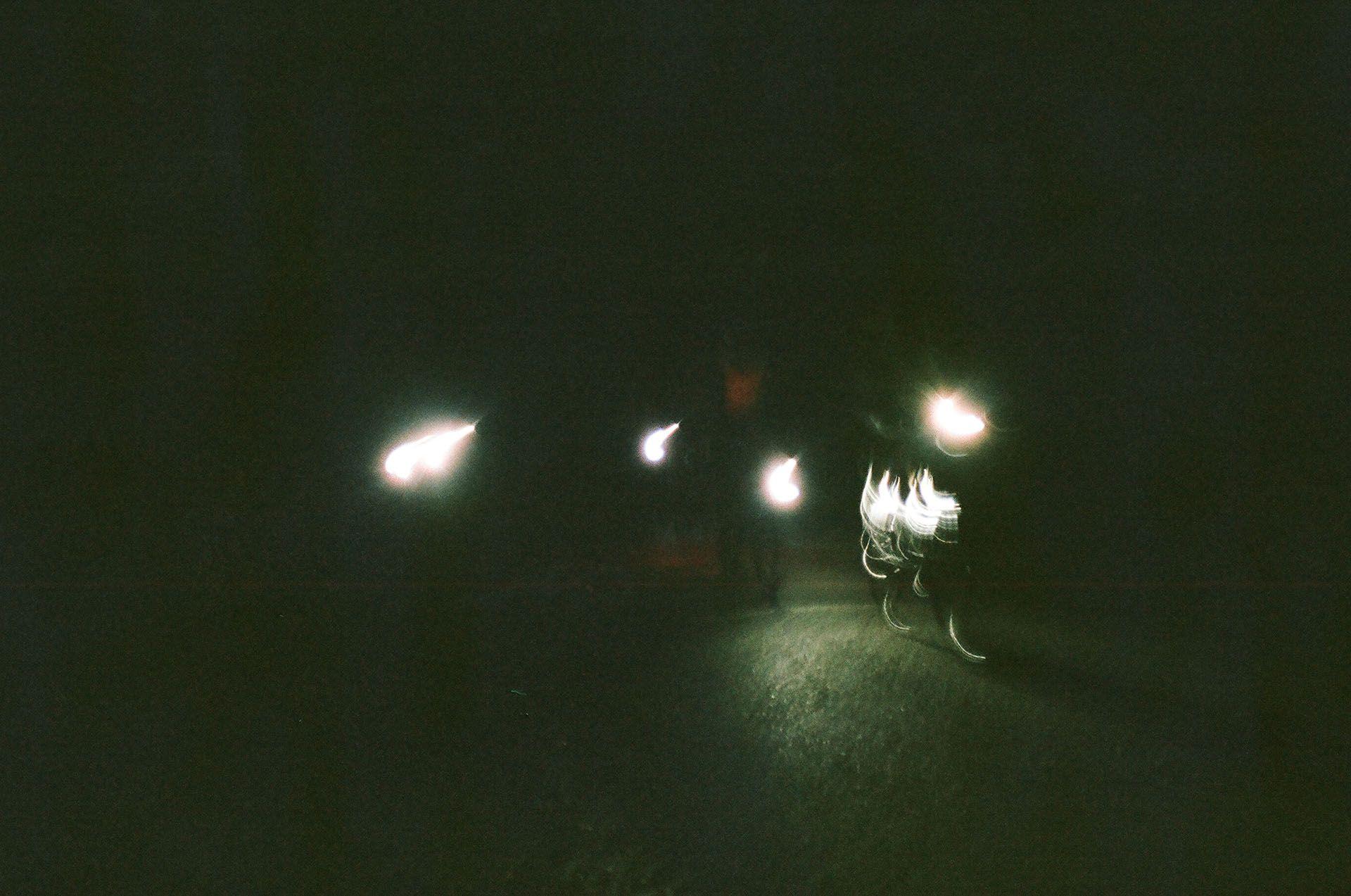 Світло велосипедних ліхтариків уночі