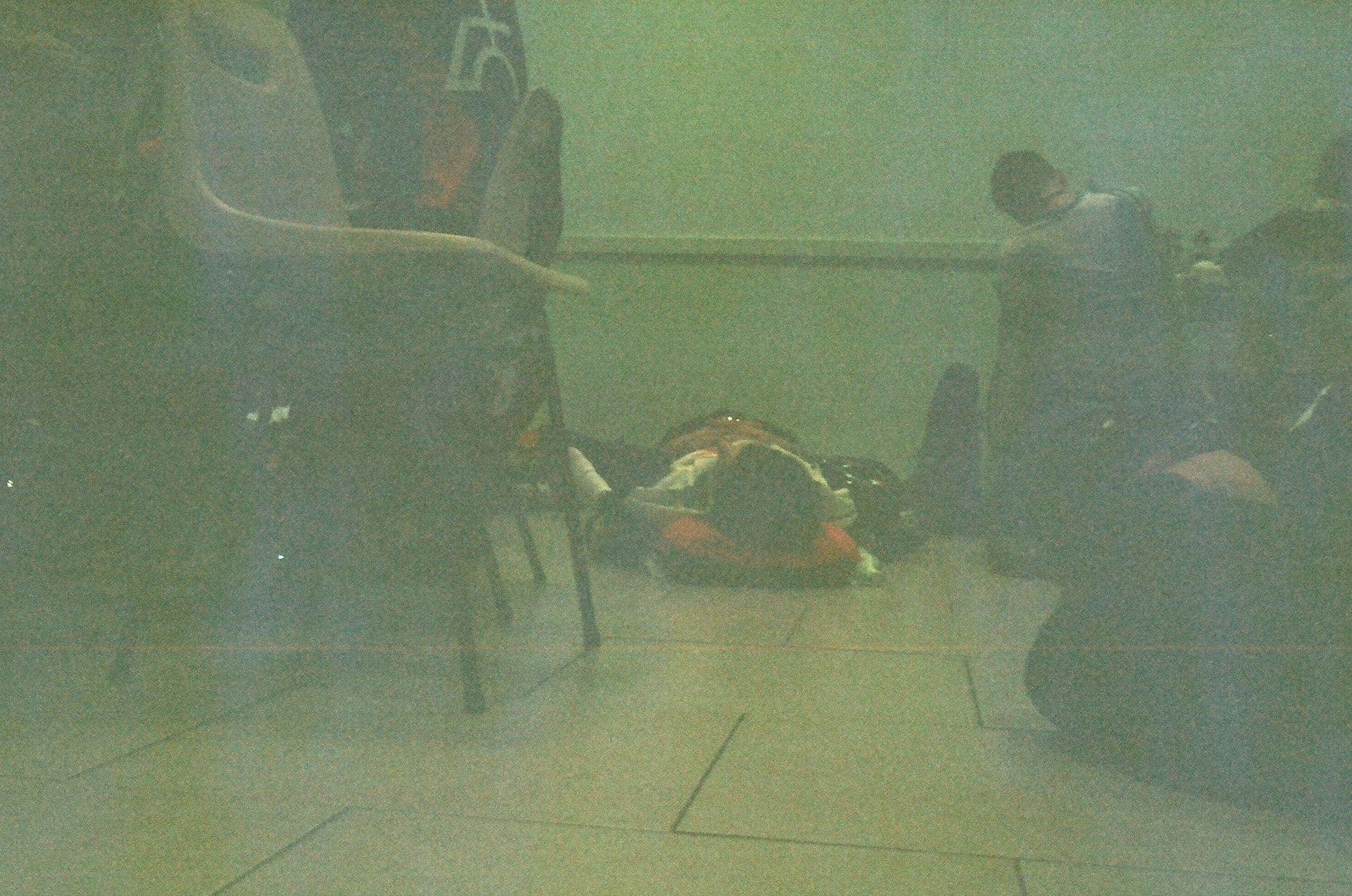 Стомлені люди сплять на підлозі