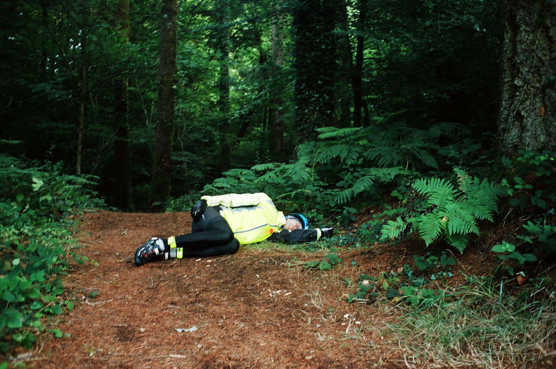Знесилений учасник спить серед лісу