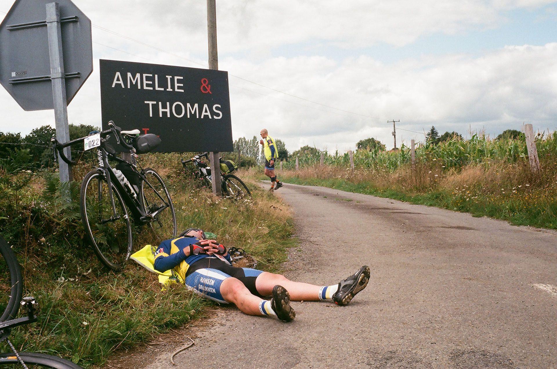 Велосипедист спить на узбіччі