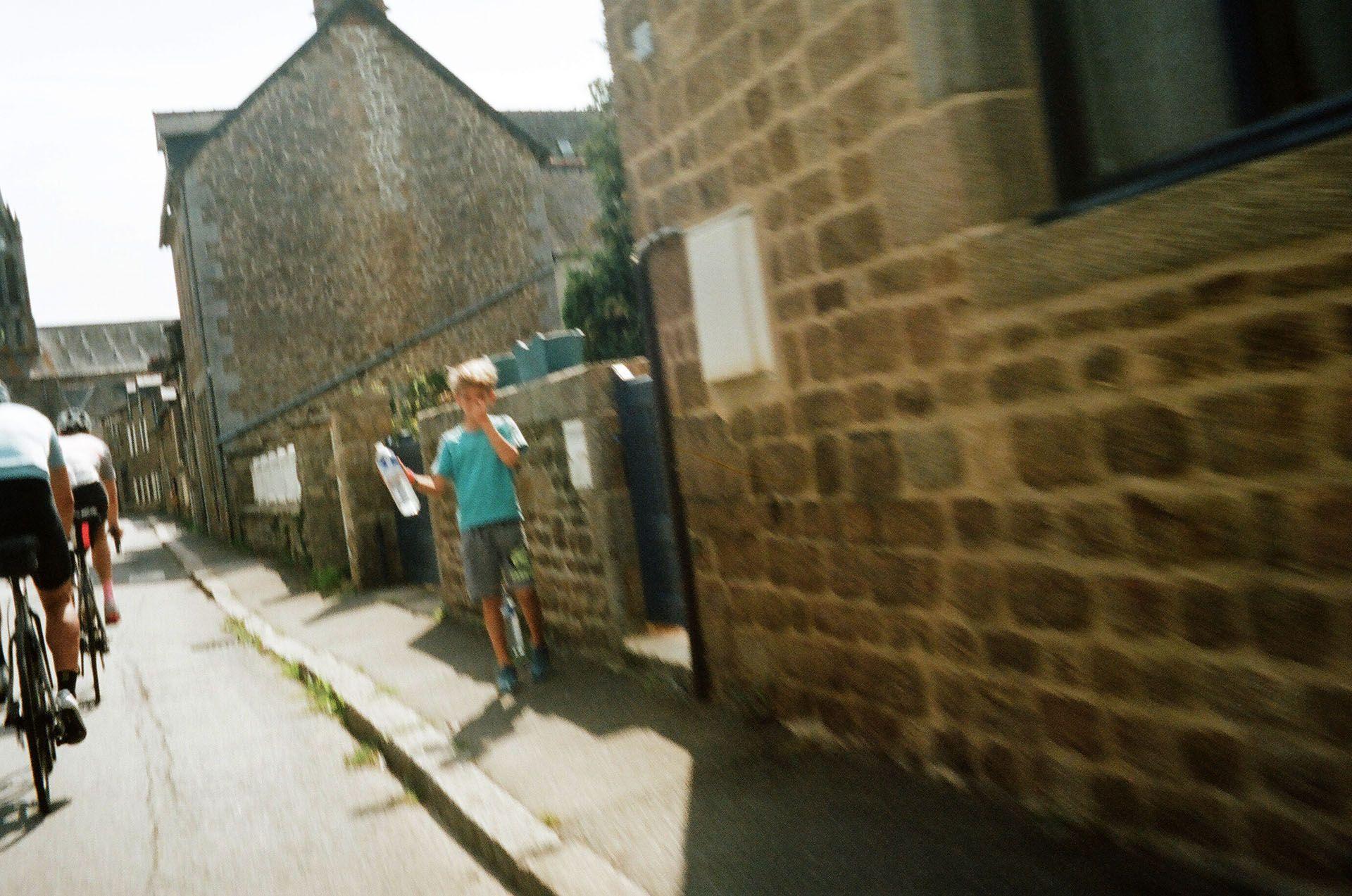 Хлопчик пропонує воду учасникам марафону