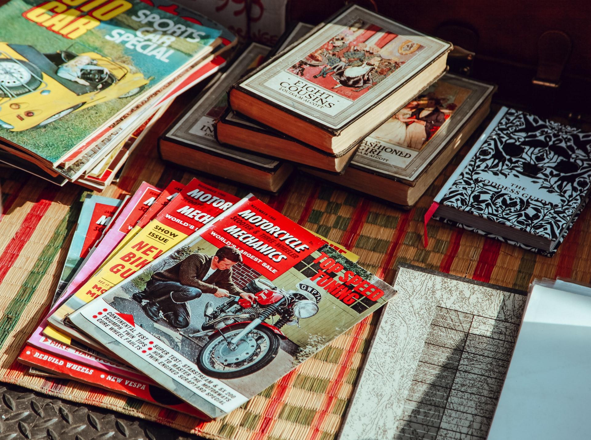 Стос листівок на столі