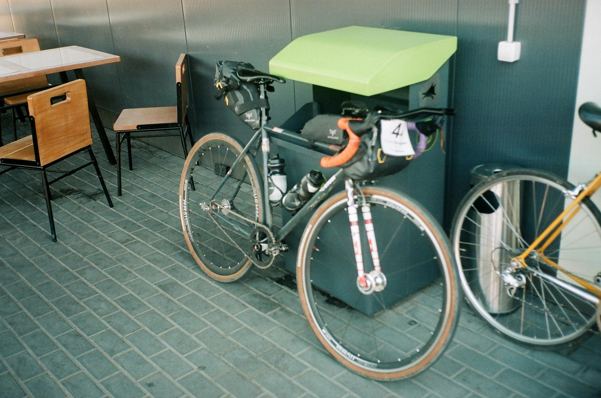 Велосипед припаркований поруч з кріслом