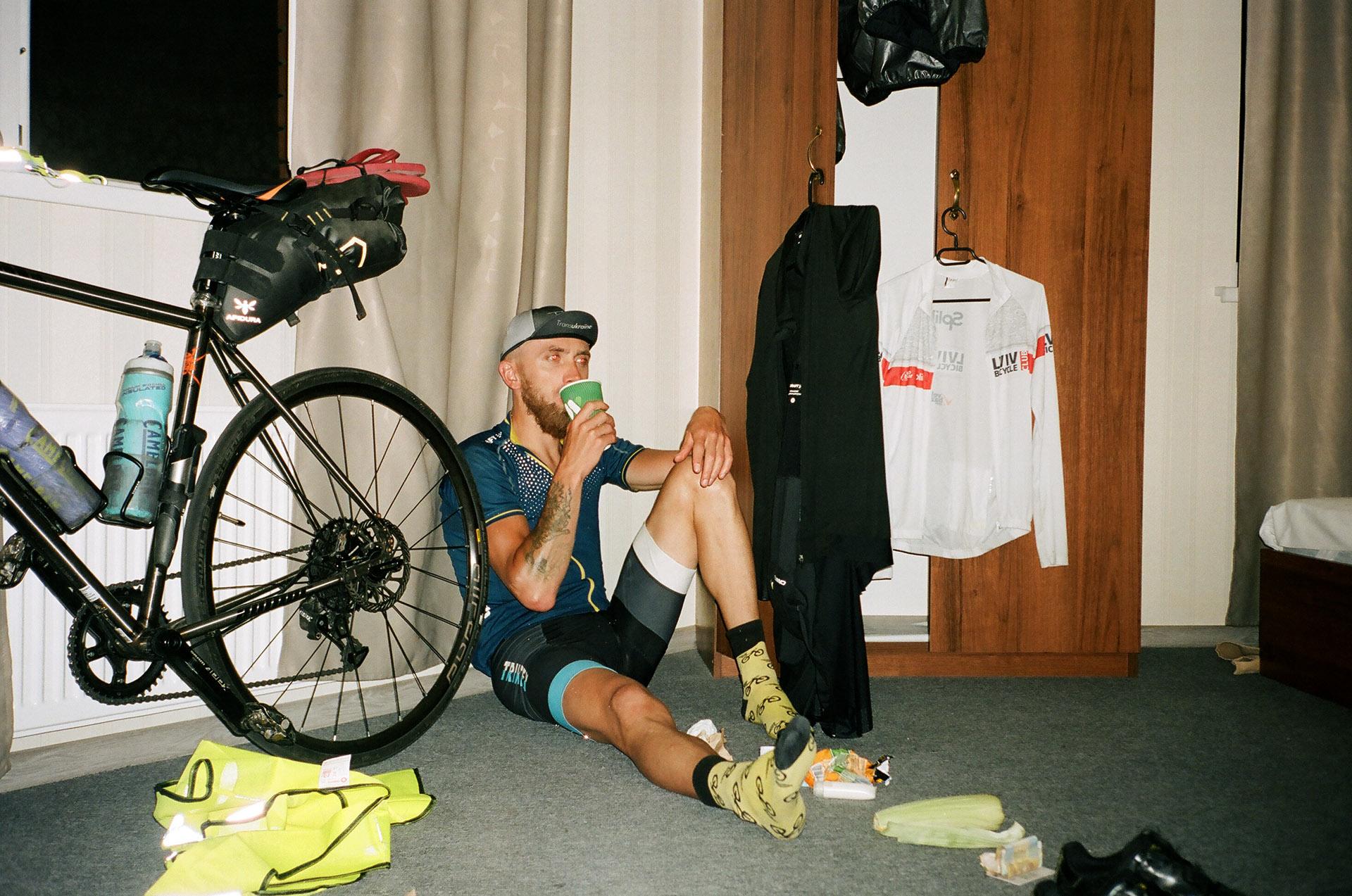 Жінка сидить на велосипеді