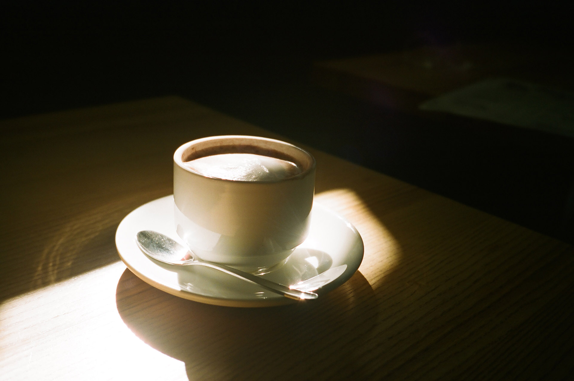 Чашка кави на столі