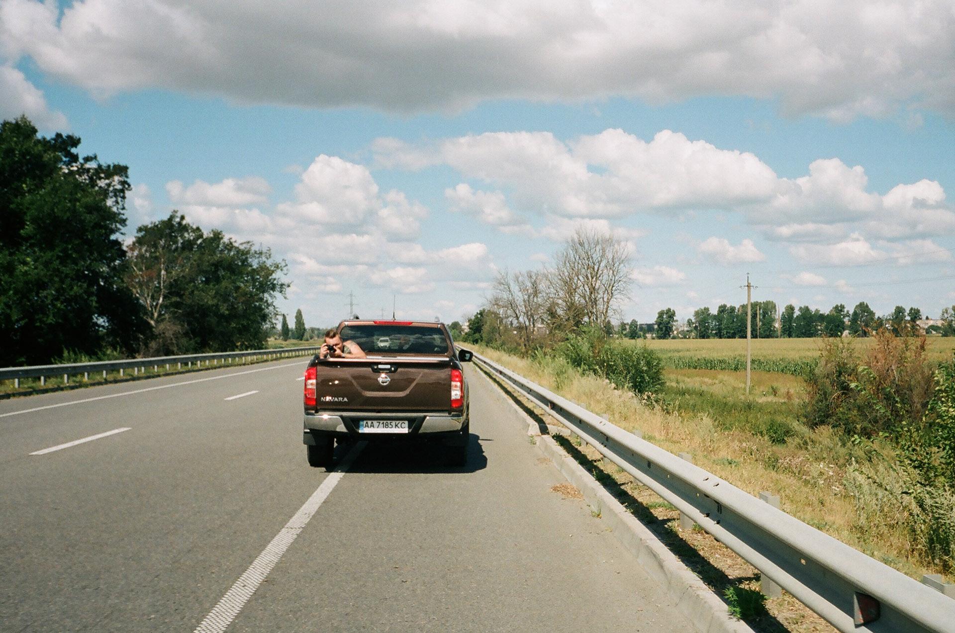 Автомобіль, що керує сільською дорогою