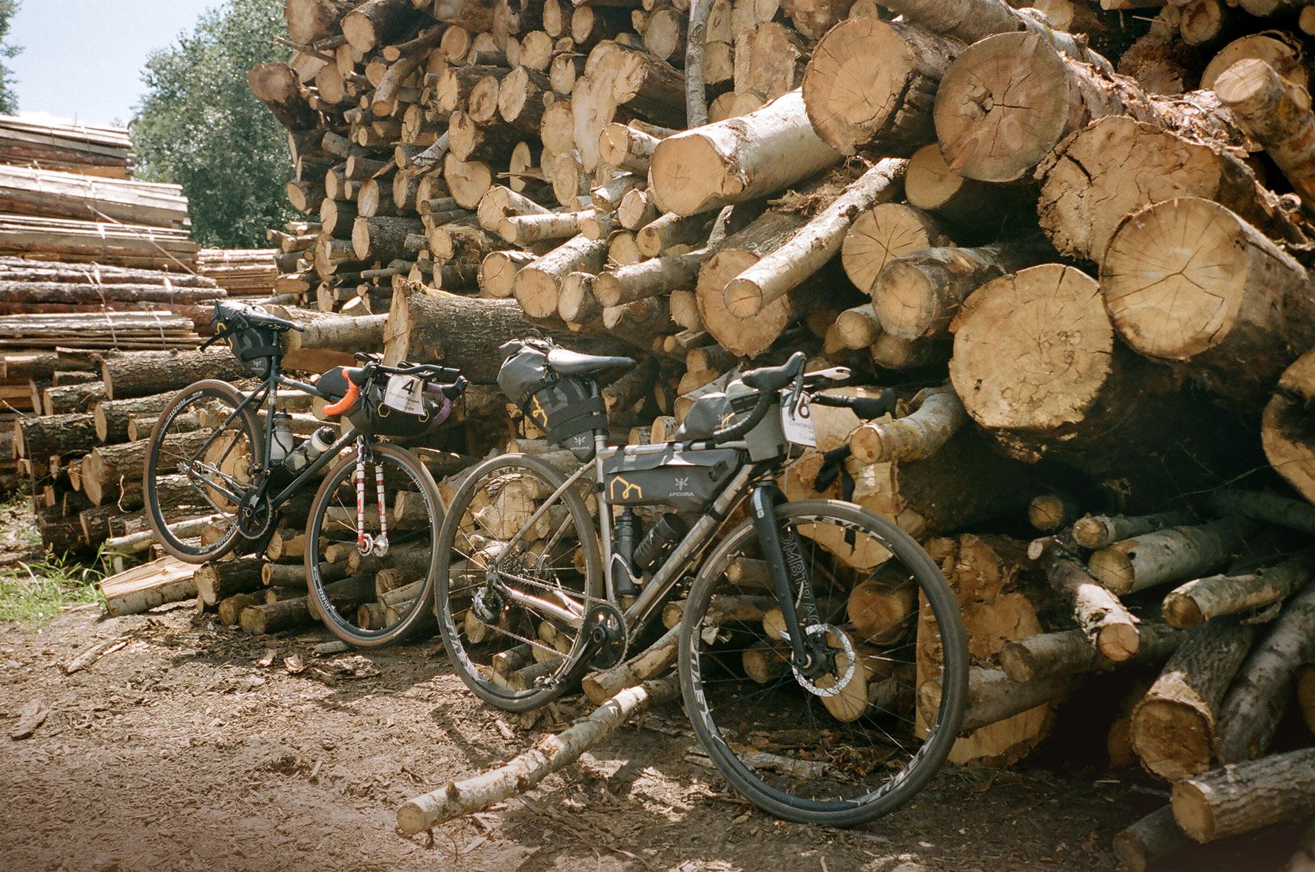 Велосипед припаркований поруч з купою бруду