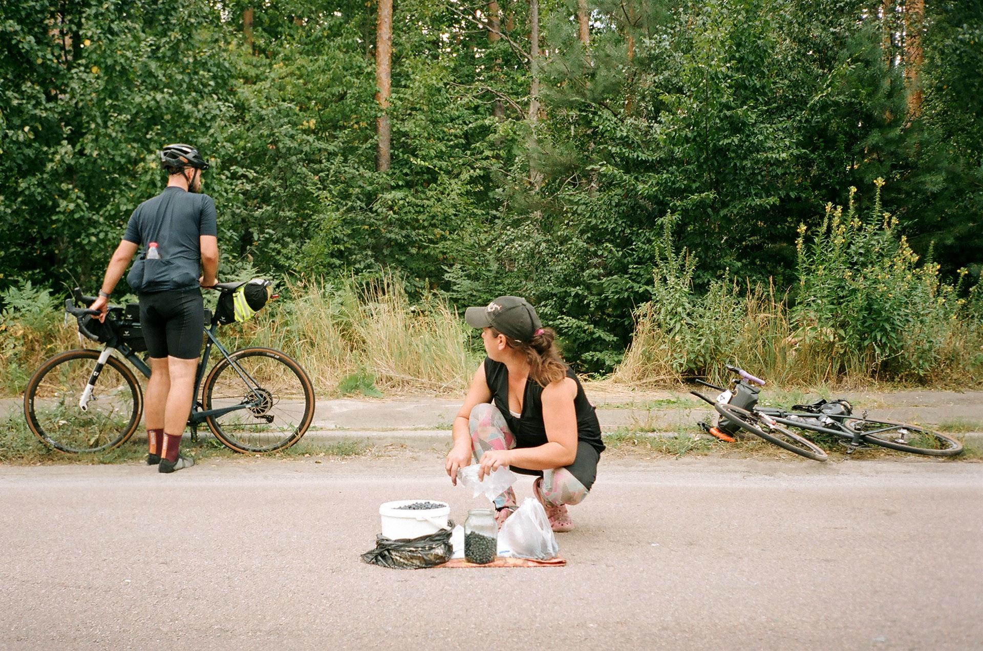 Група людей, які їздять на задній частині велосипеда