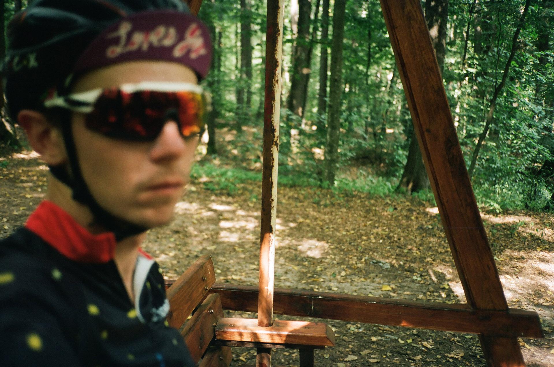 Людина, що носить капелюх і сонцезахисні окуляри позує для камери