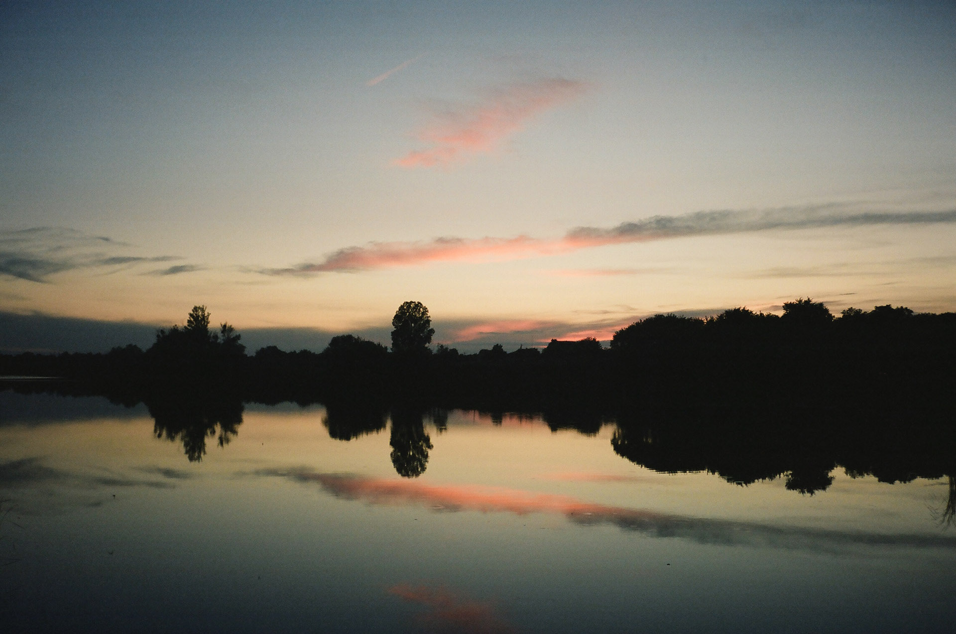 Група хмар в небі на заході сонця