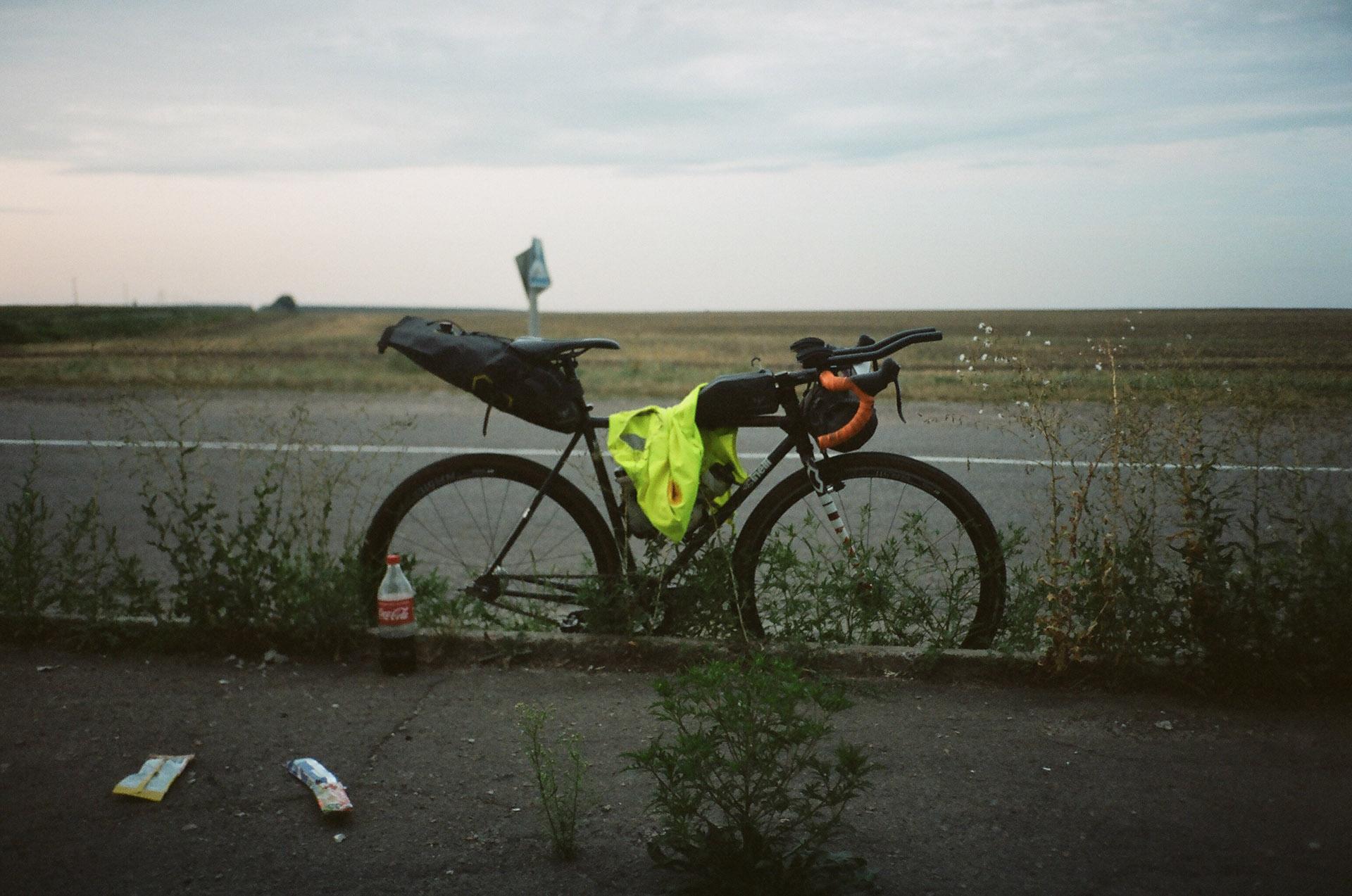 Велосипед припаркований поруч із водоймою