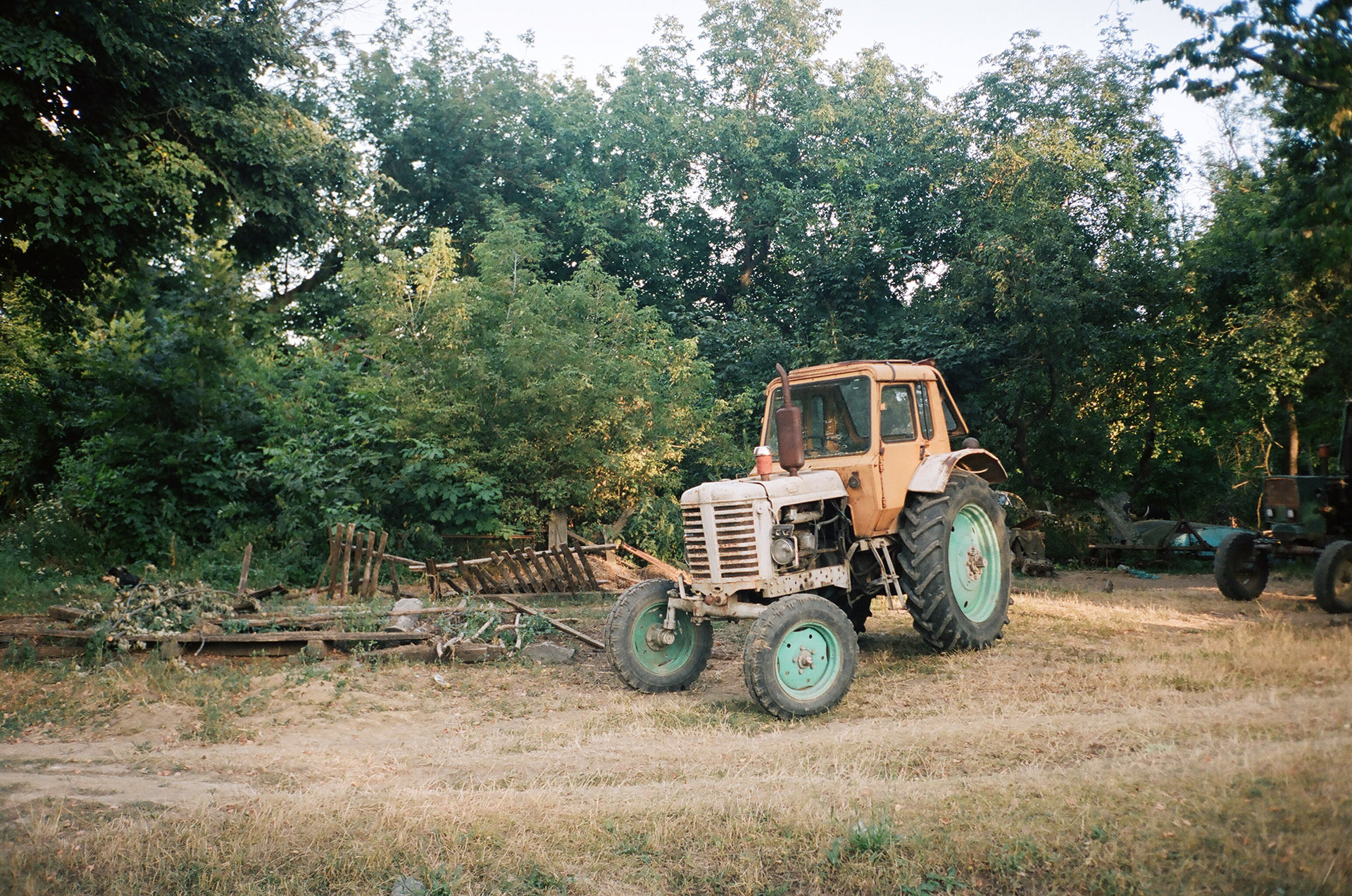 Трактор припаркований на грунтовій сфері