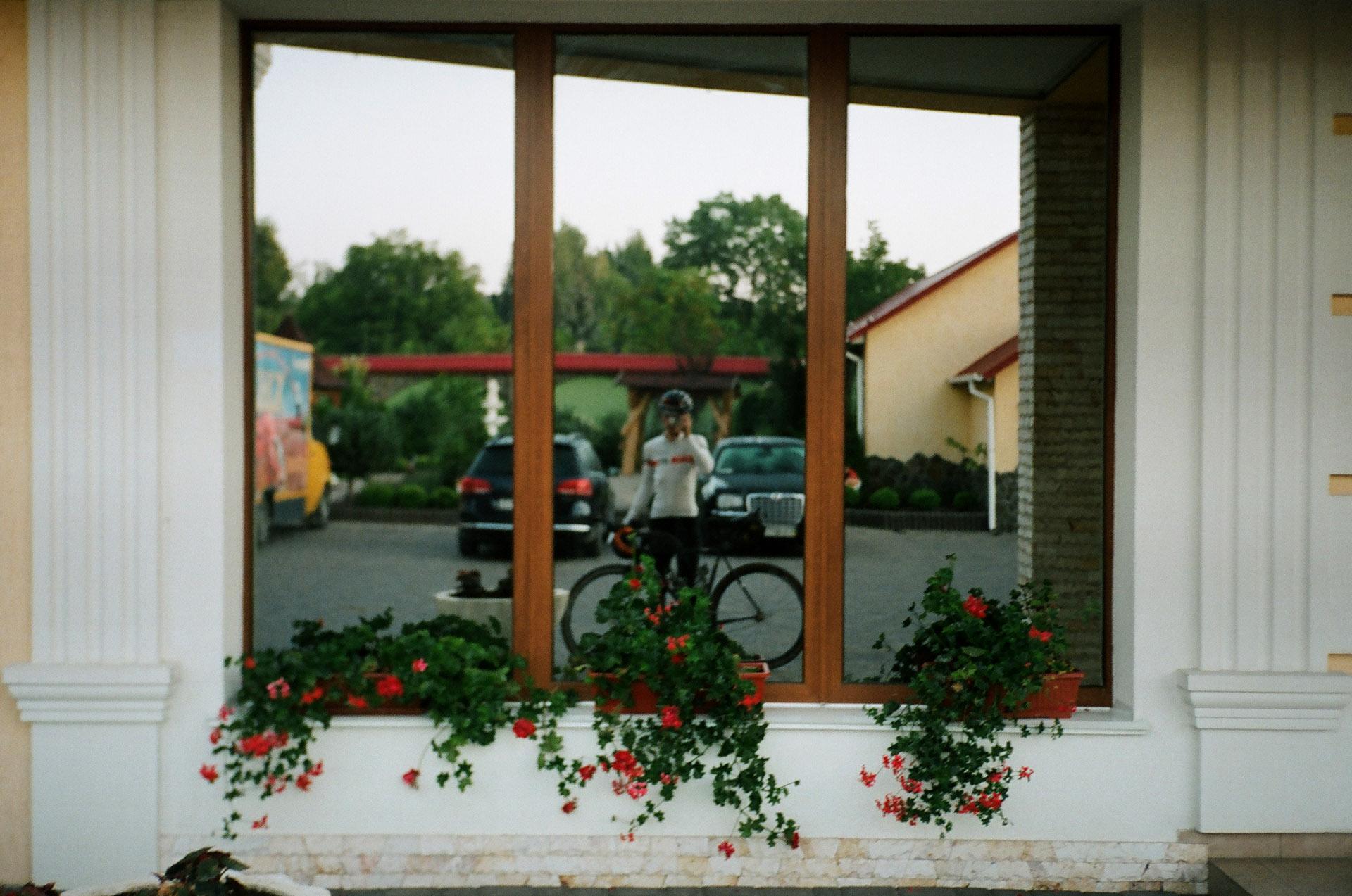Людина, що стоїть перед вікном