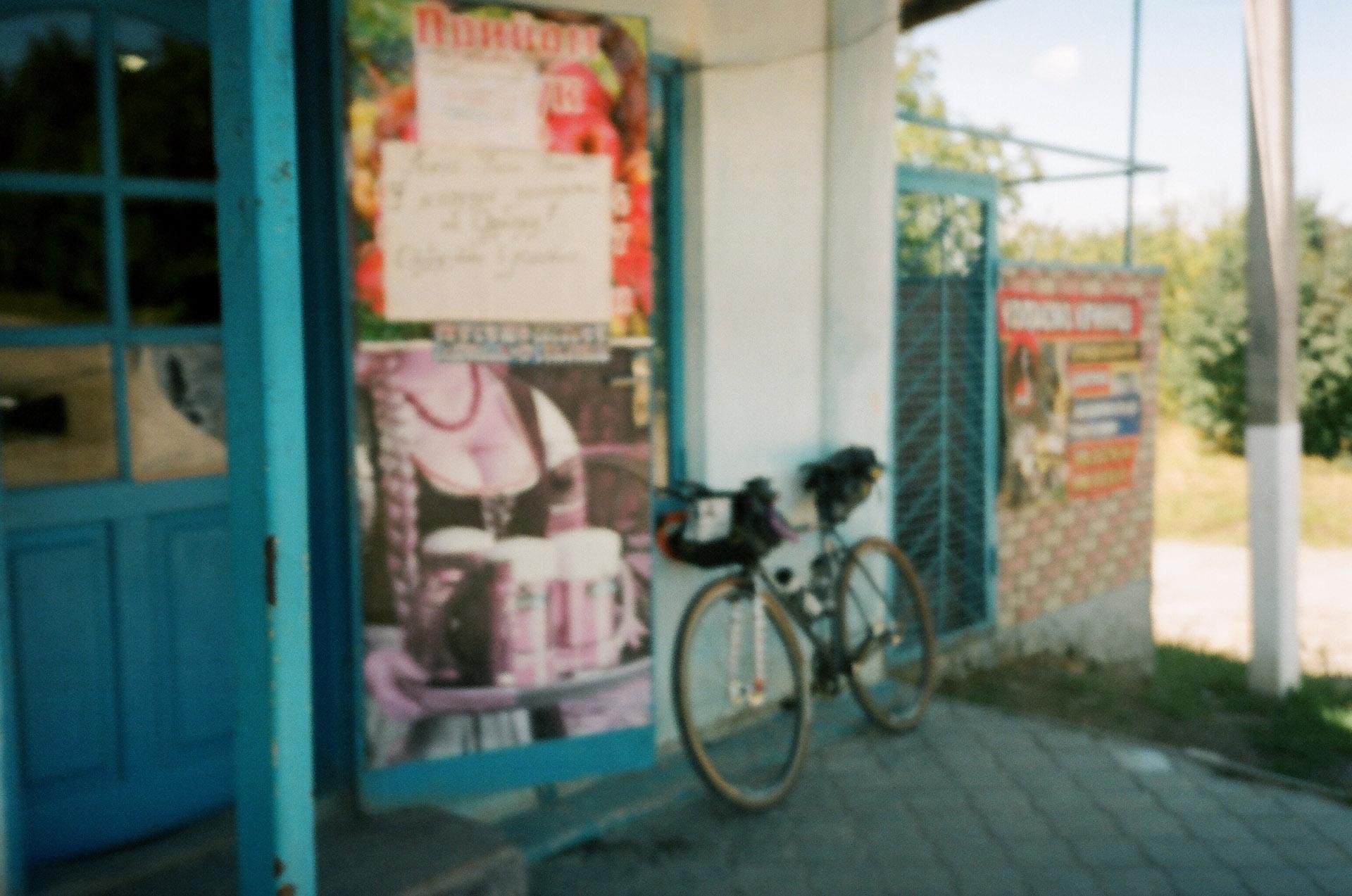 Велосипед припаркований на боці будівлі