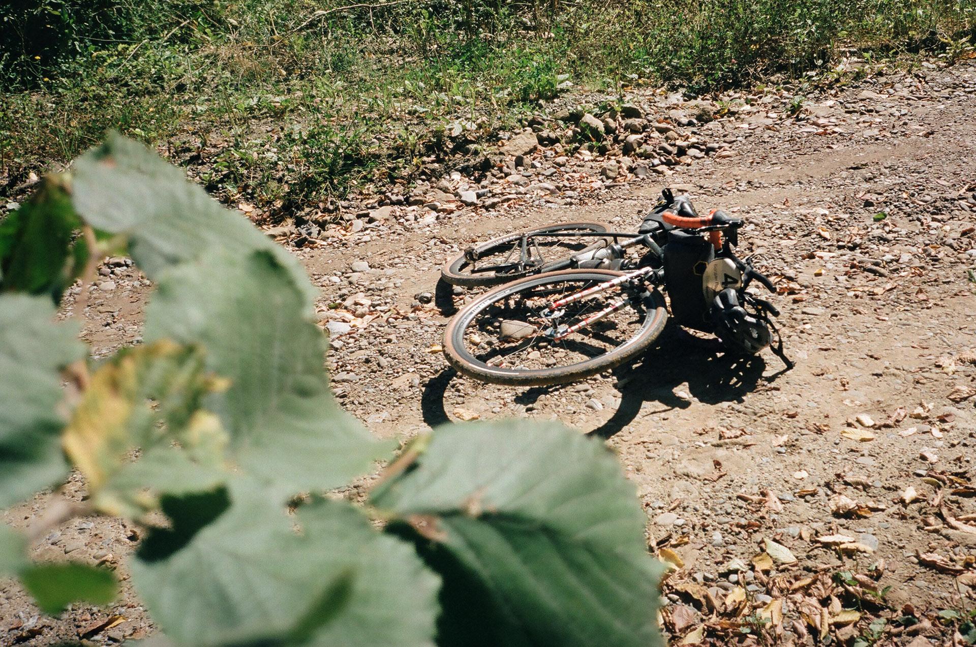 Мотоцикл припаркований на стороні бруду