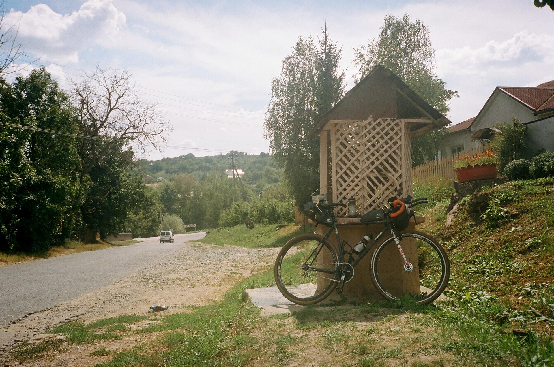 Велосипед припаркований на стороні дороги