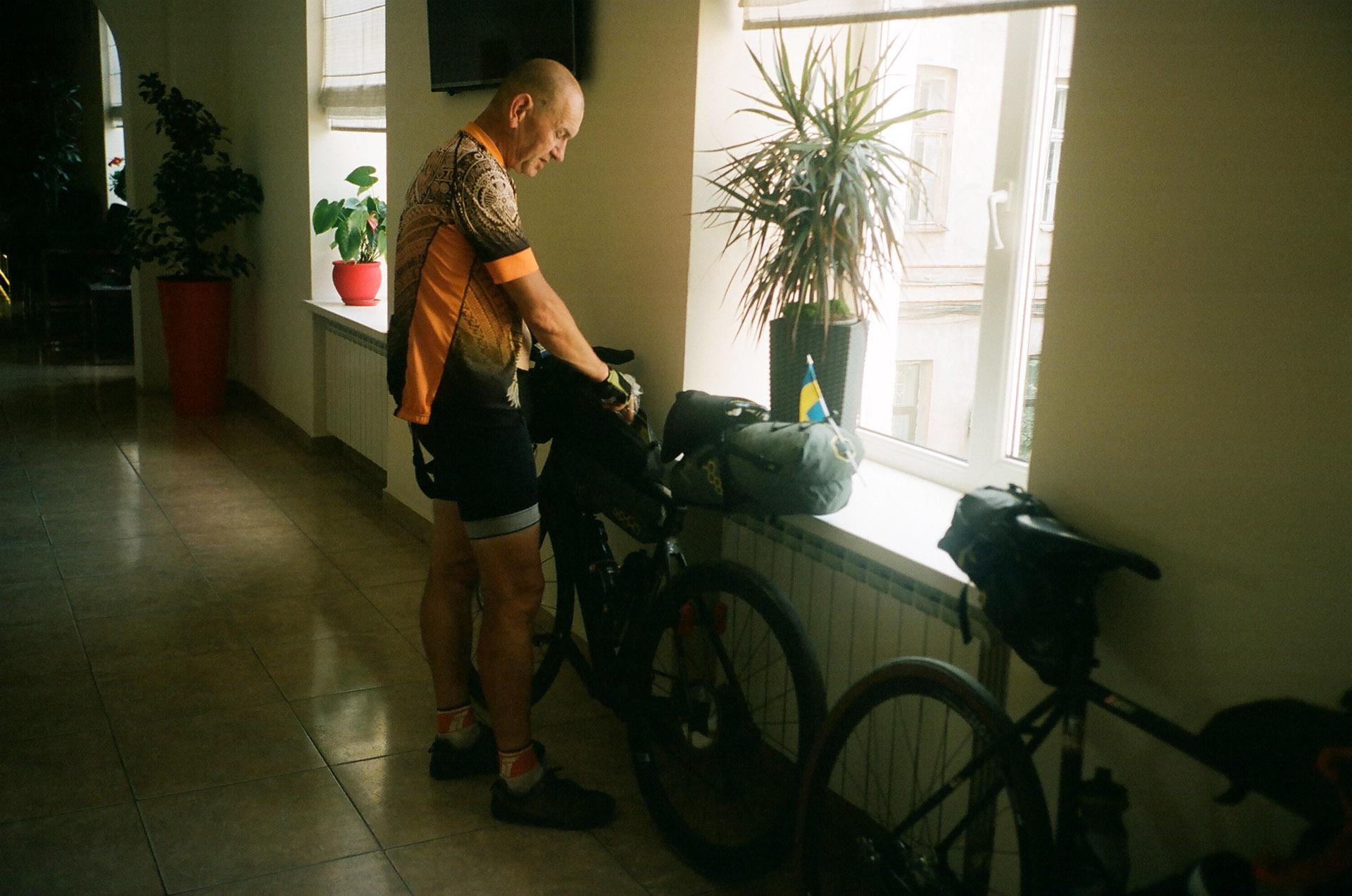 Чоловік, що стоїть перед велосипедом