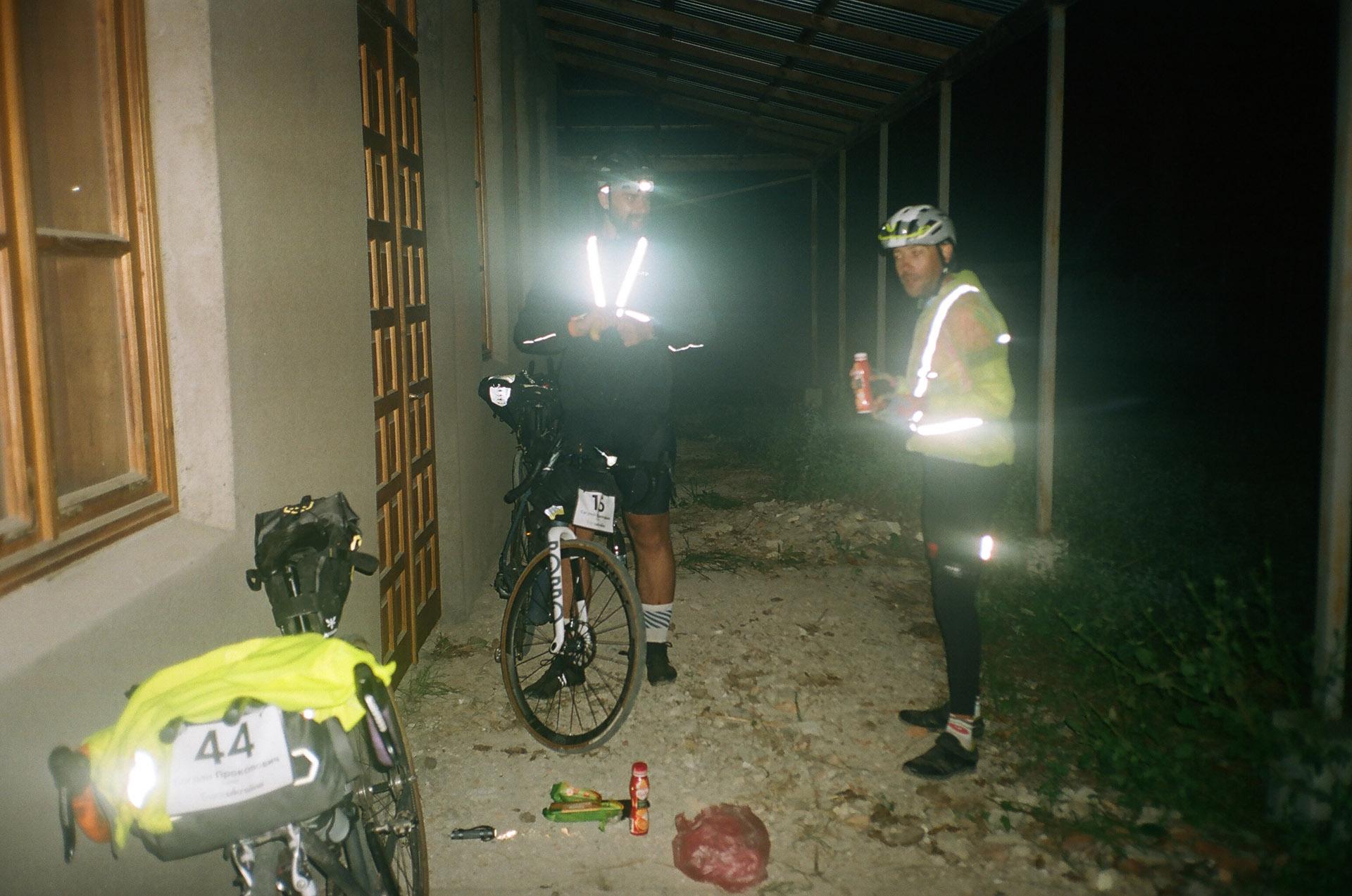 Чоловік, що стоїть поруч з велосипедом