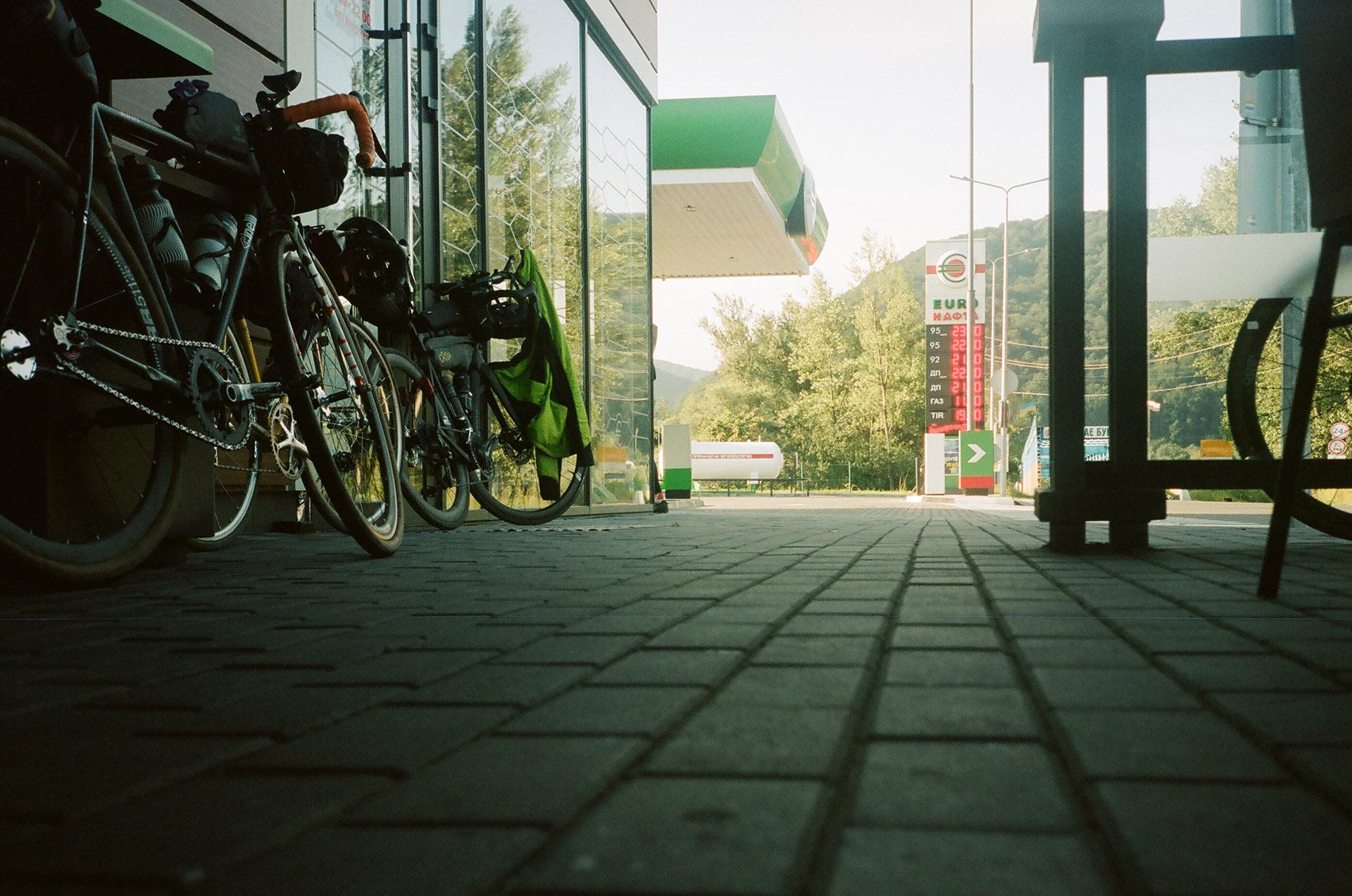 Велосипед припаркований на стороні вулиці