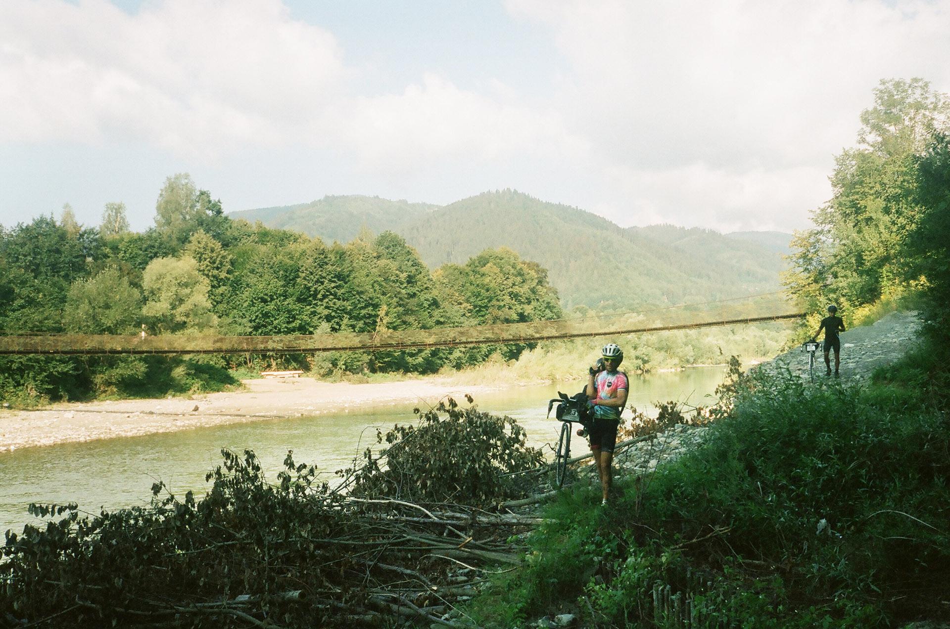 Людина, що катає на коні в річці