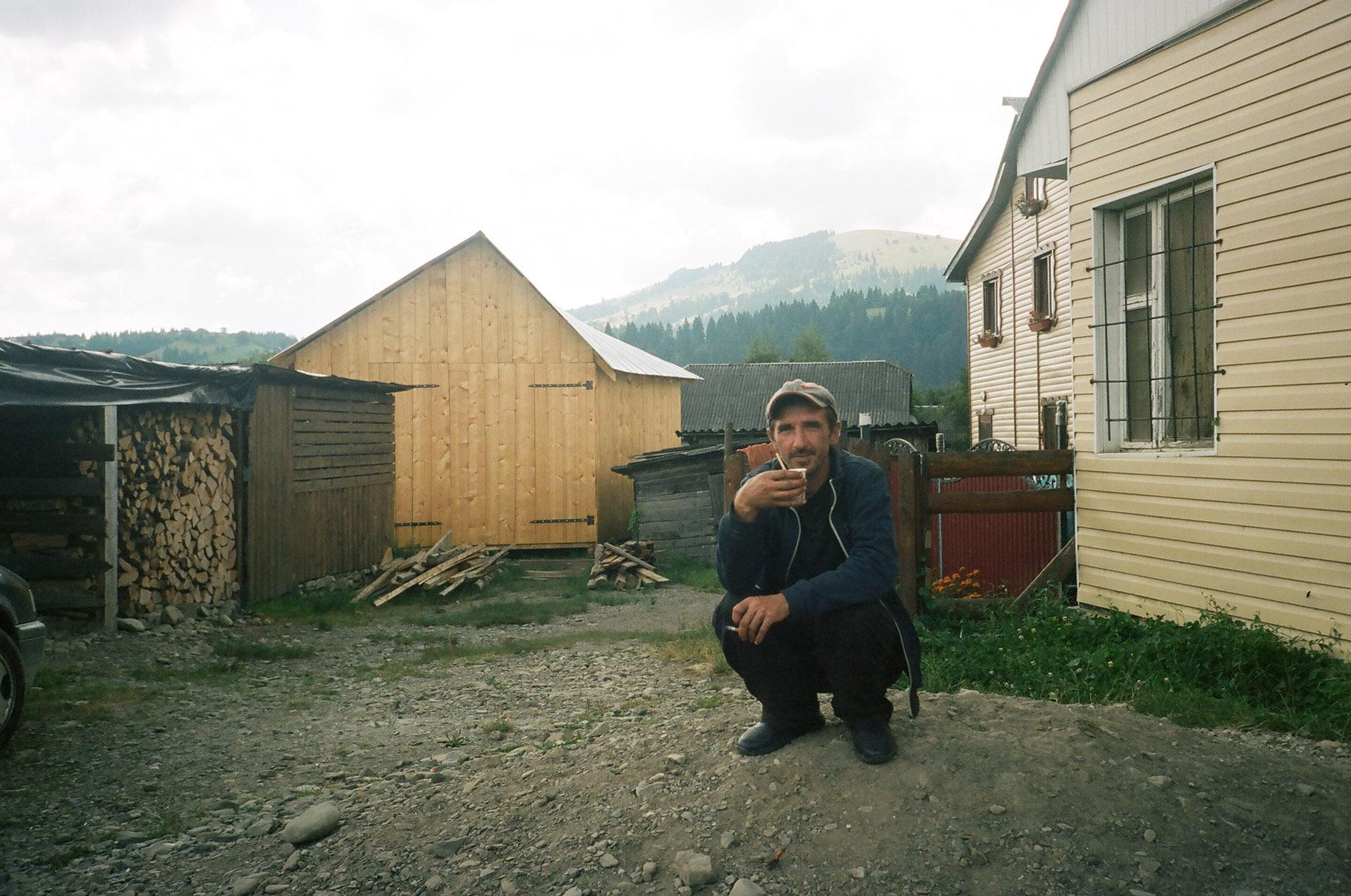 Людина, що стоїть перед будинком