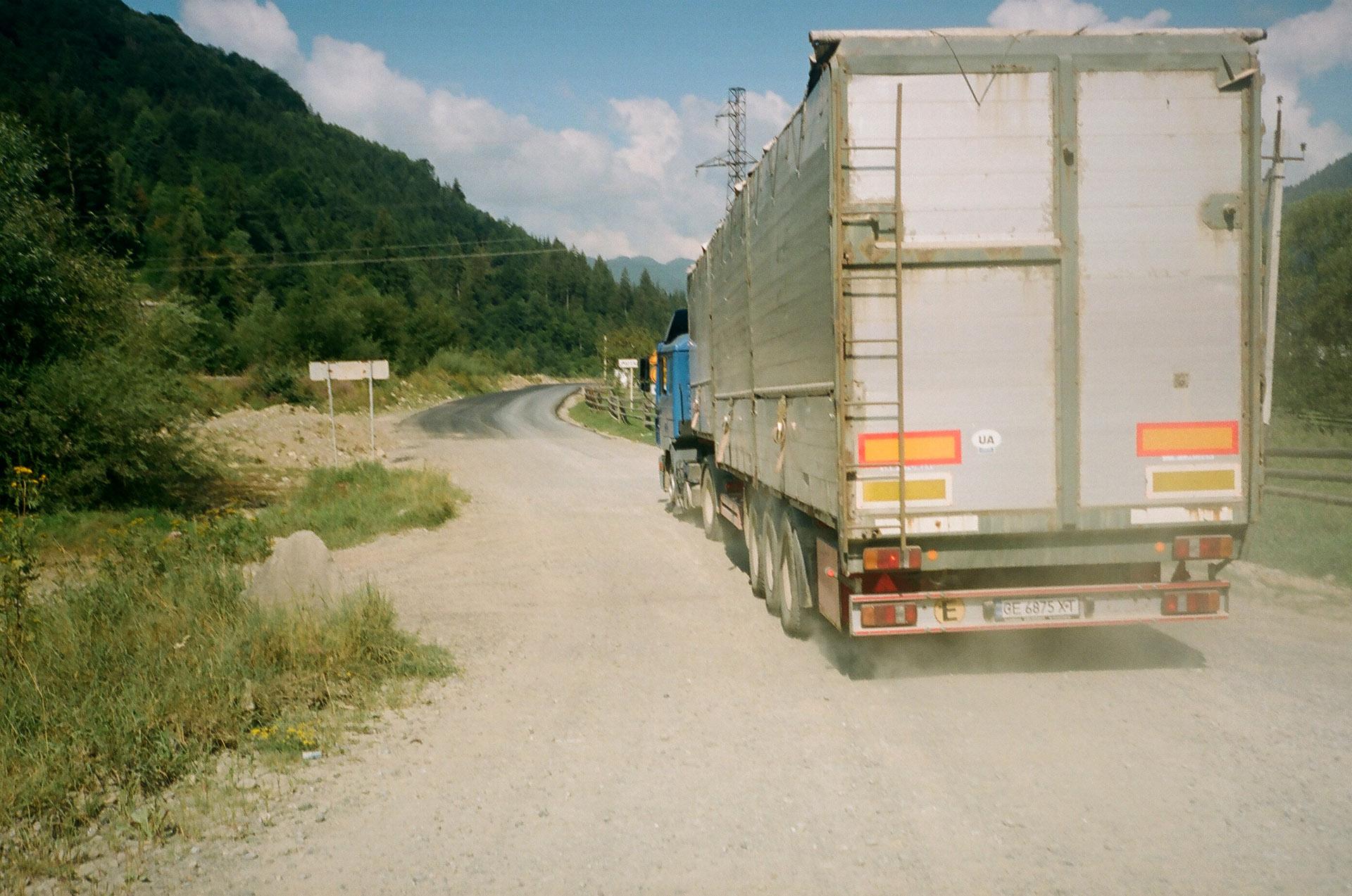 Вантажівка, що проїхає по грунтовій дорозі