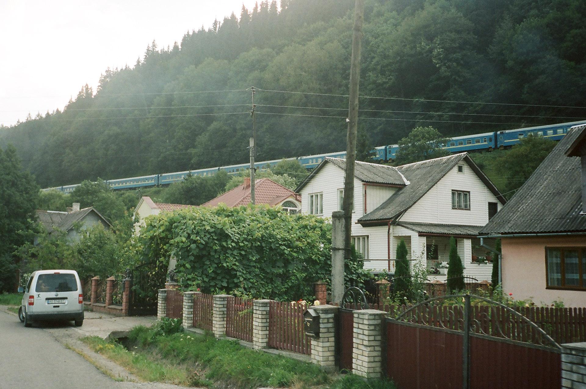 Будинок з горою на задньому плані