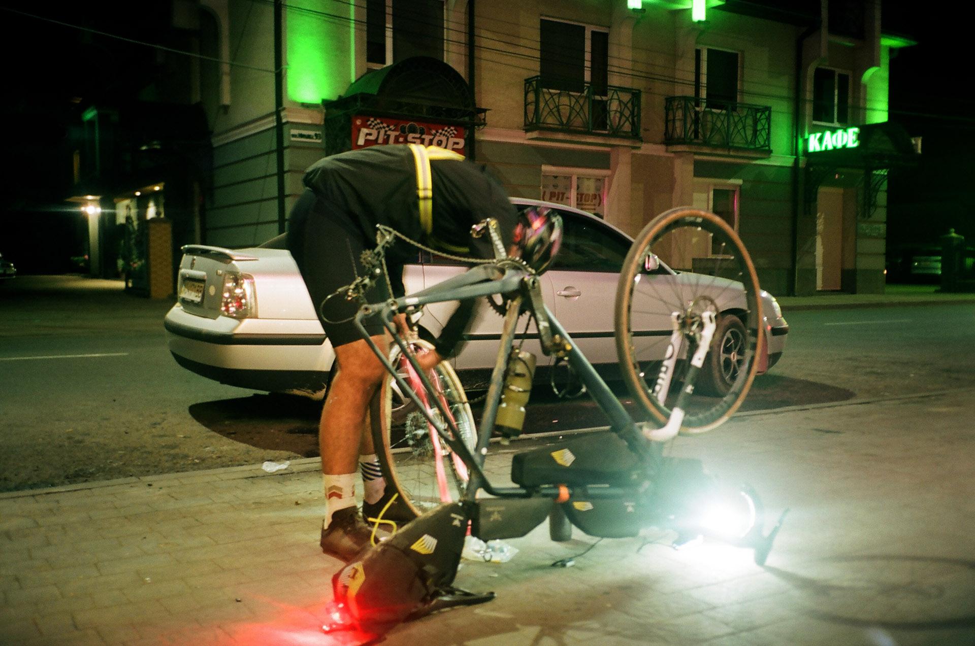 Людина, що сидить на велосипеді