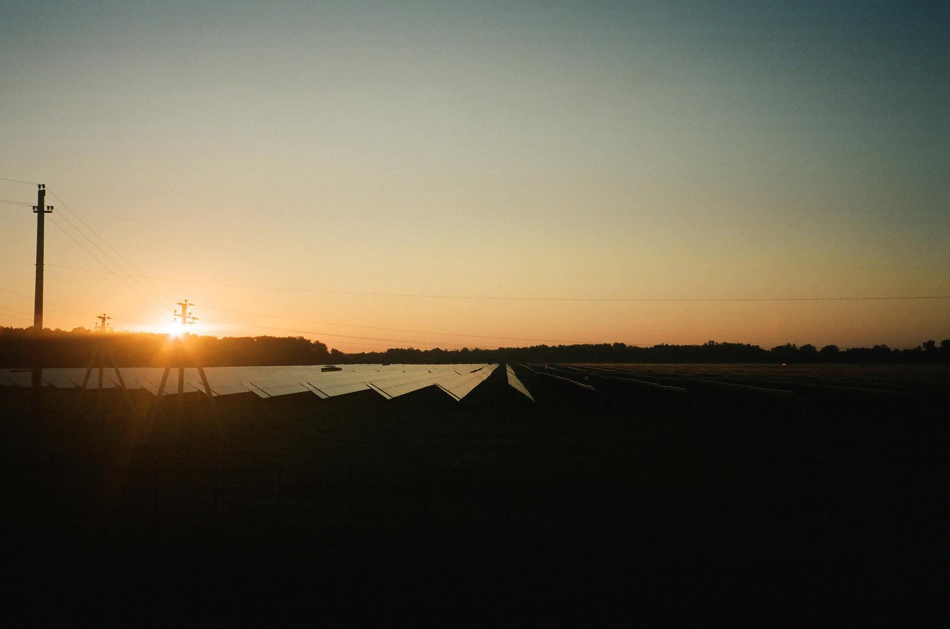 Захід сонця над трав'яним полем