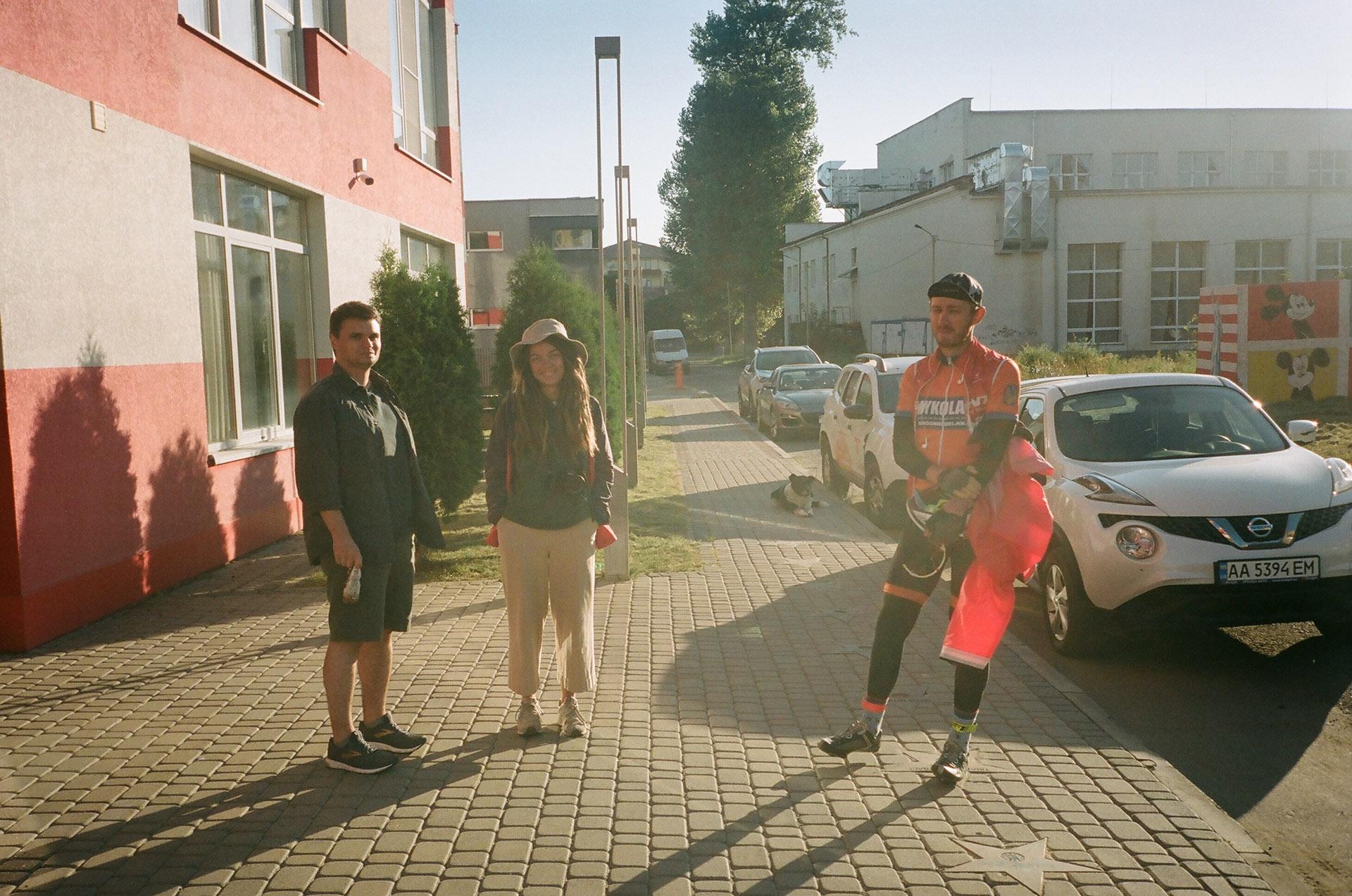 Група людей, що стоять на тротуарі