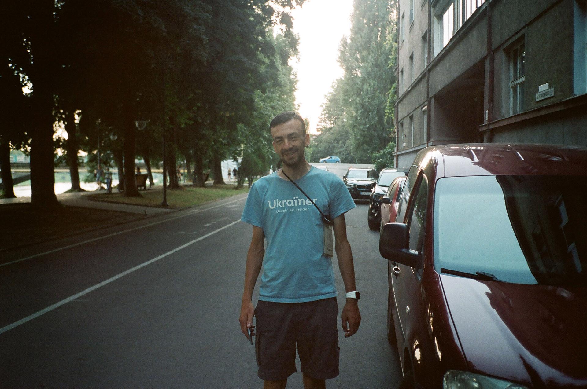 Чоловік, що стоїть поруч з автомобілем