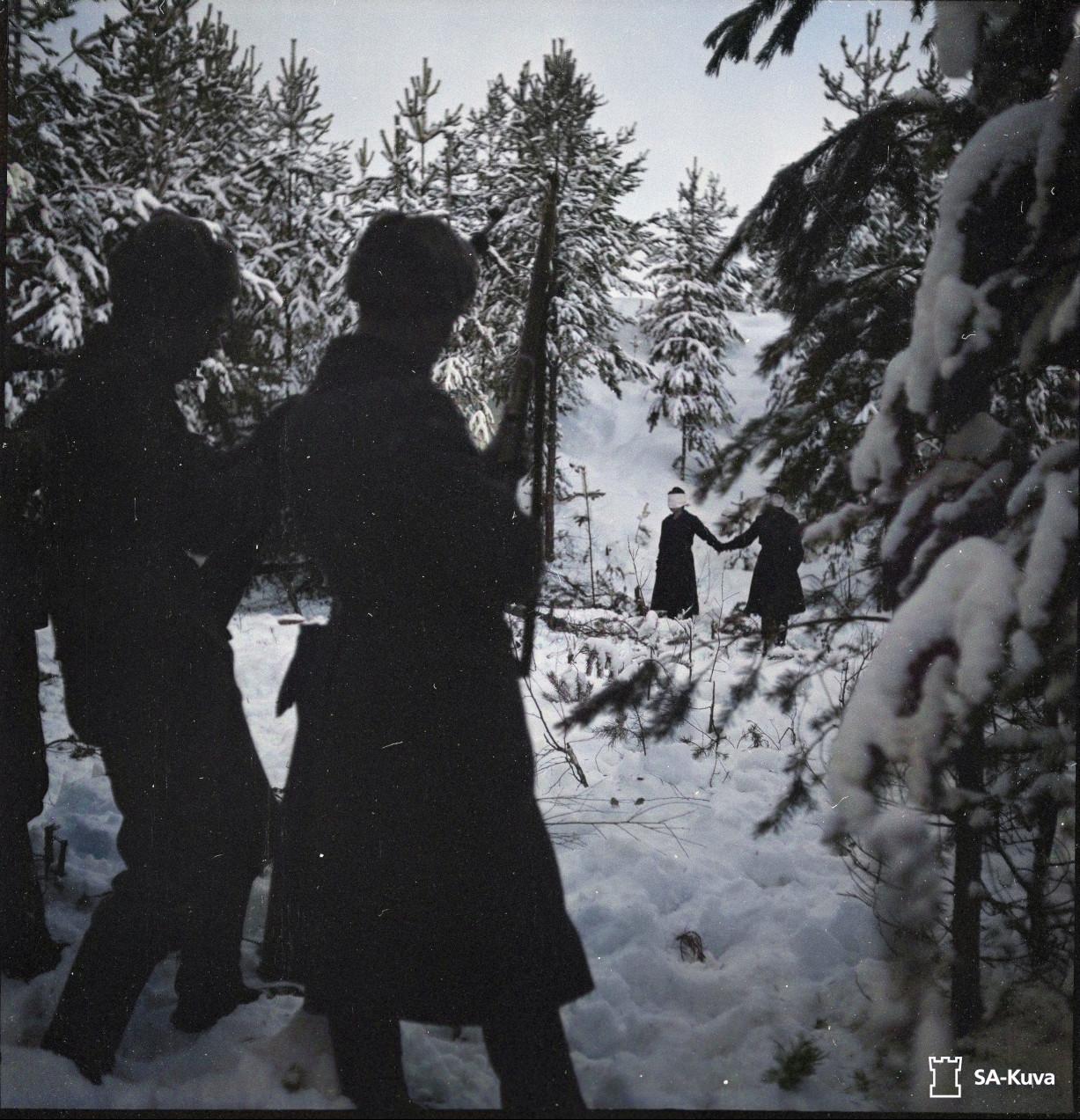 Група людей, що стоять у снігу