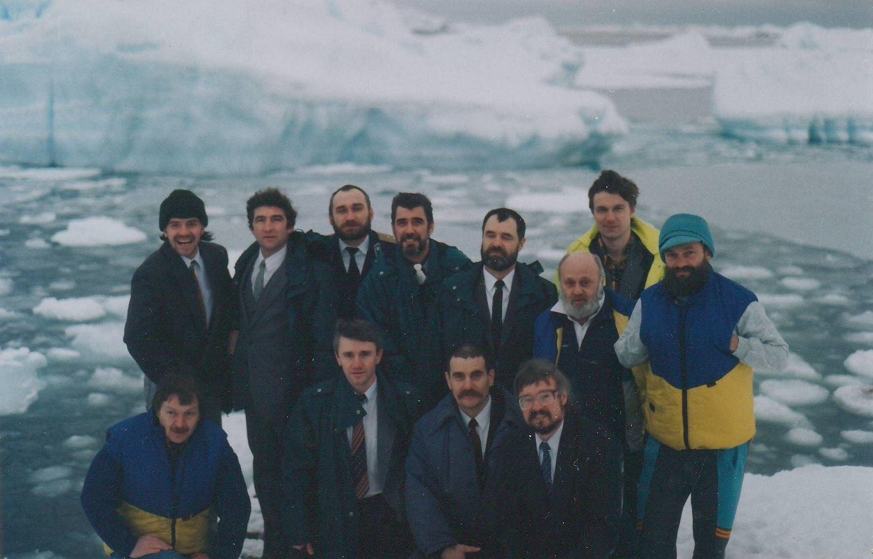 Група людей, які позують для фото