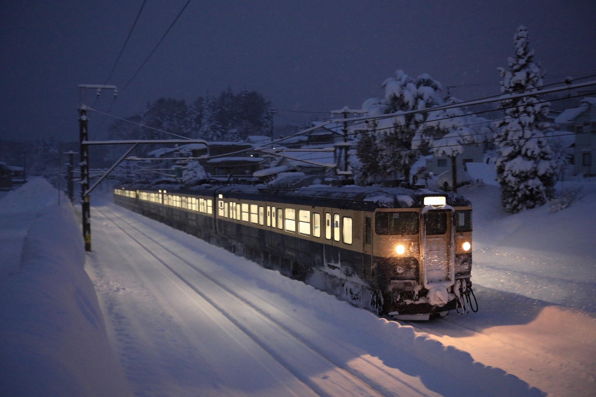 Потяг засипало снігом