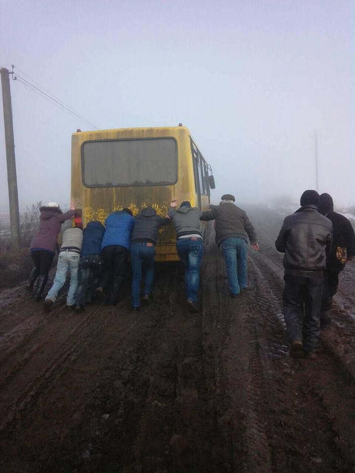Група людей, які стоять у бруді
