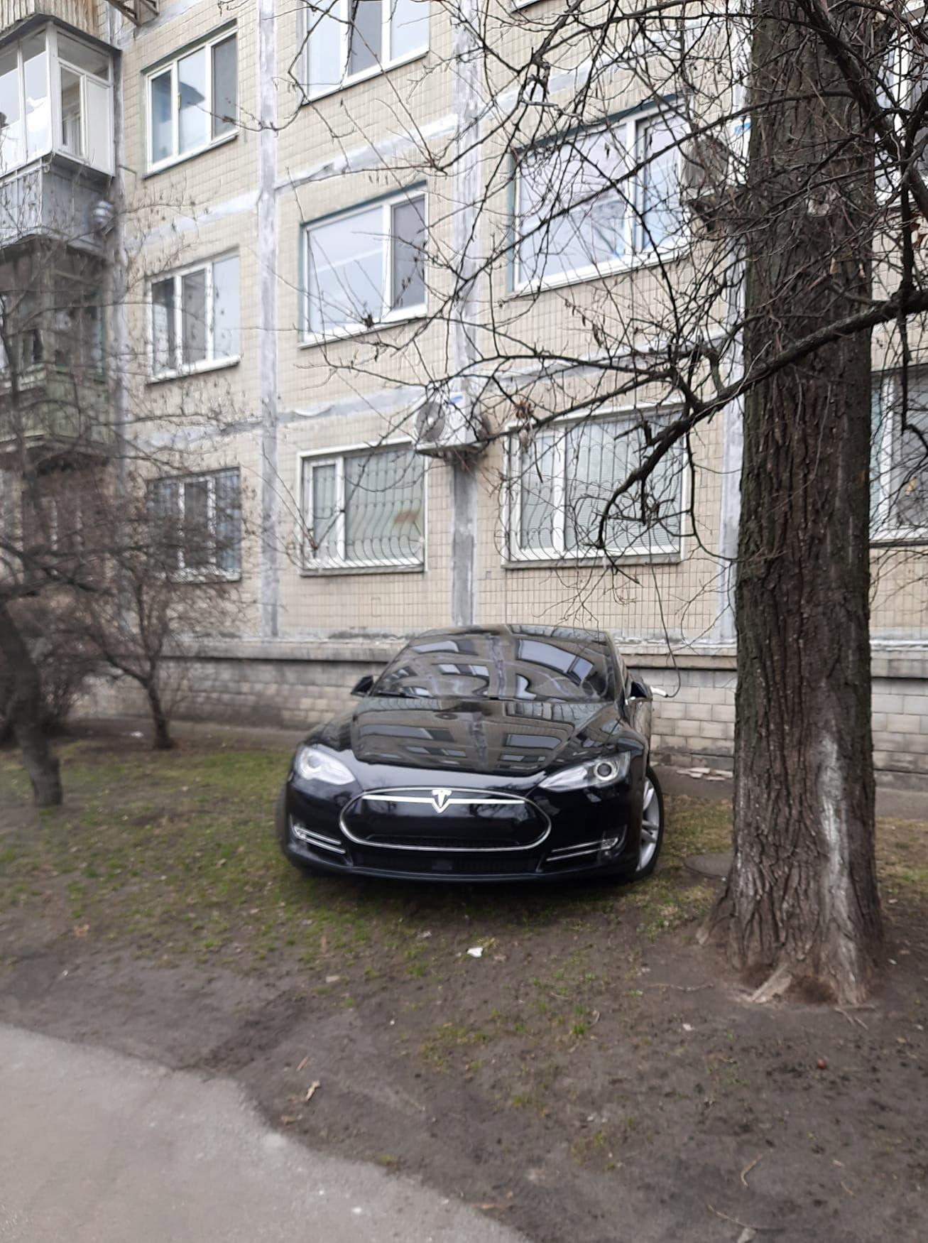 Автомобіль, припаркований перед будівлею